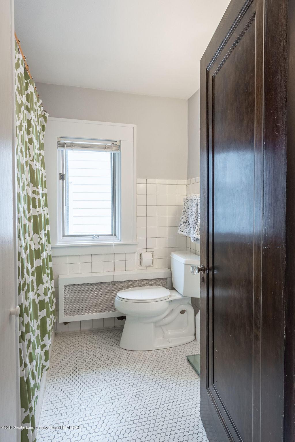 935 Huntington Rd - upstairs full bath - 39