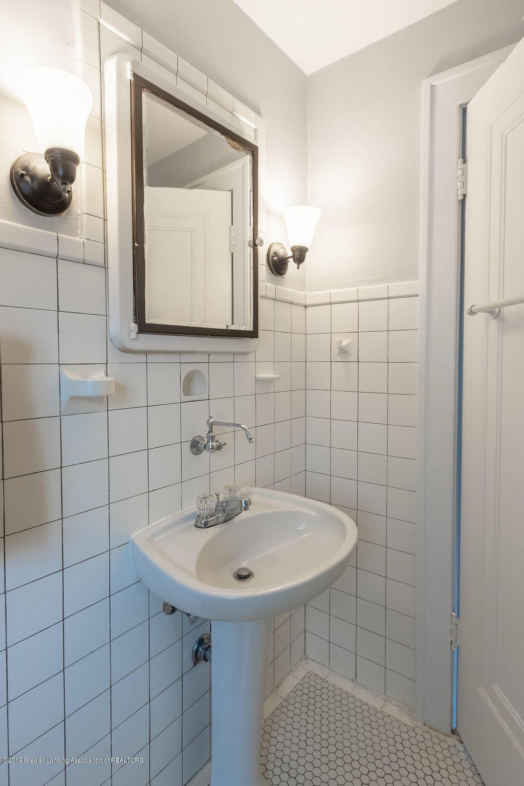 935 Huntington Rd - full bath - 40