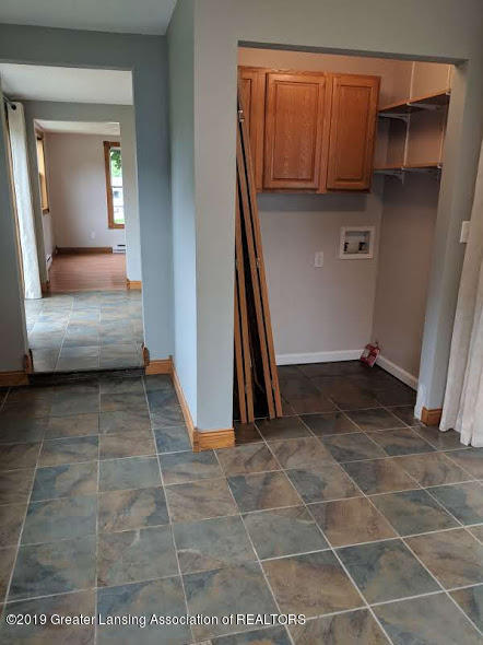 429 W Race St - Dining room with laundry closet - 10