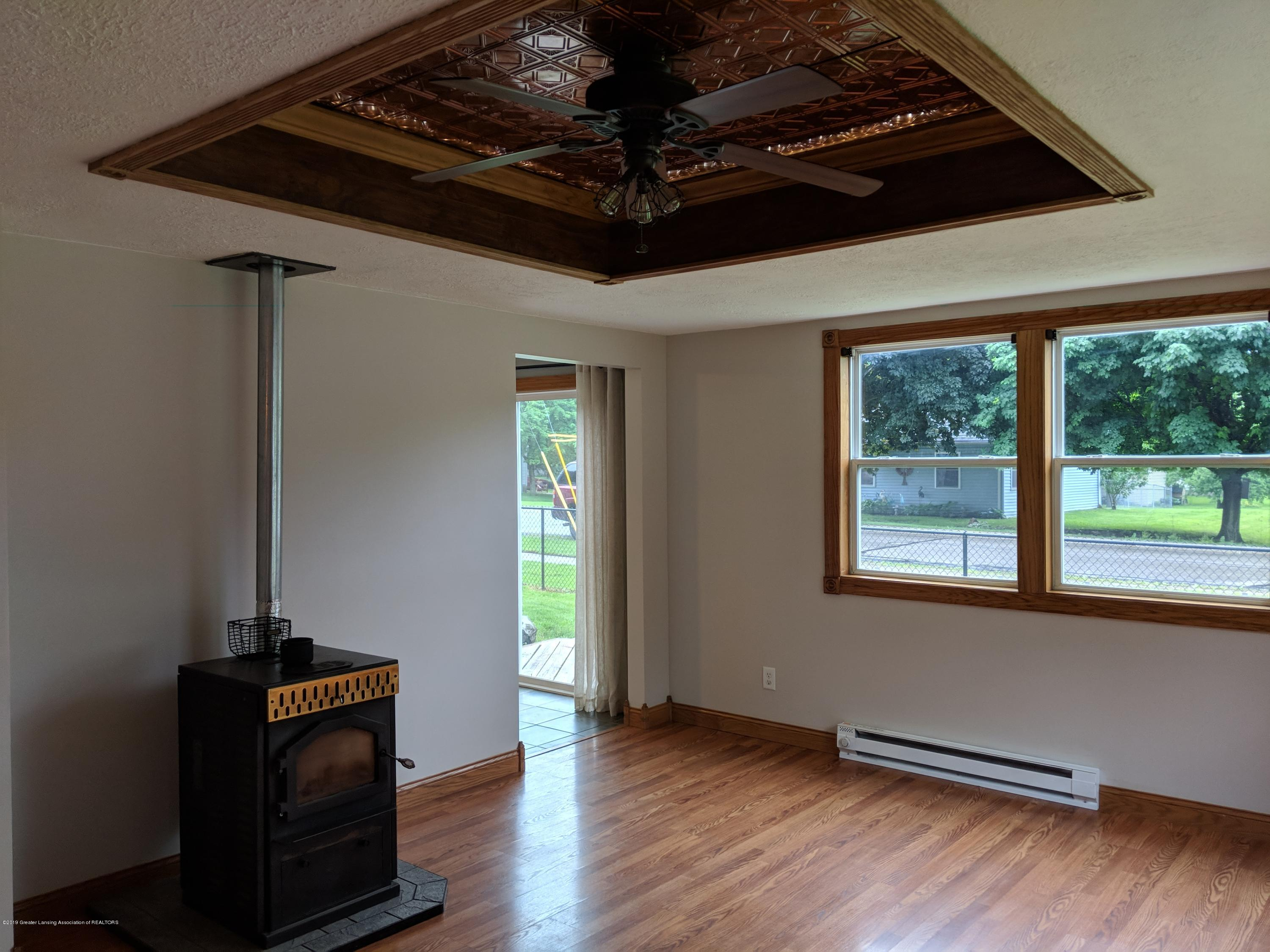 429 W Race St - Living room with custom tray ceiling - 13