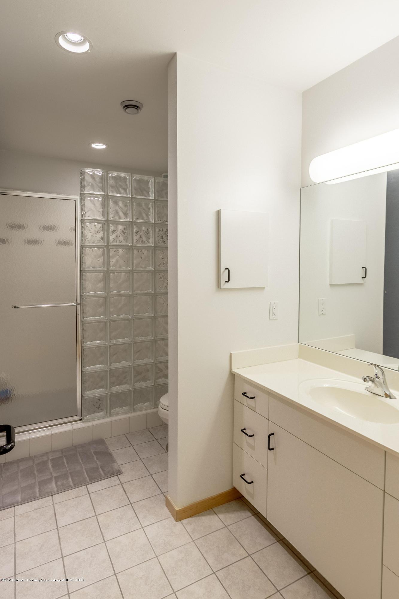 4435 Oak Pointe Ct - Upper Level Full Bath - 65