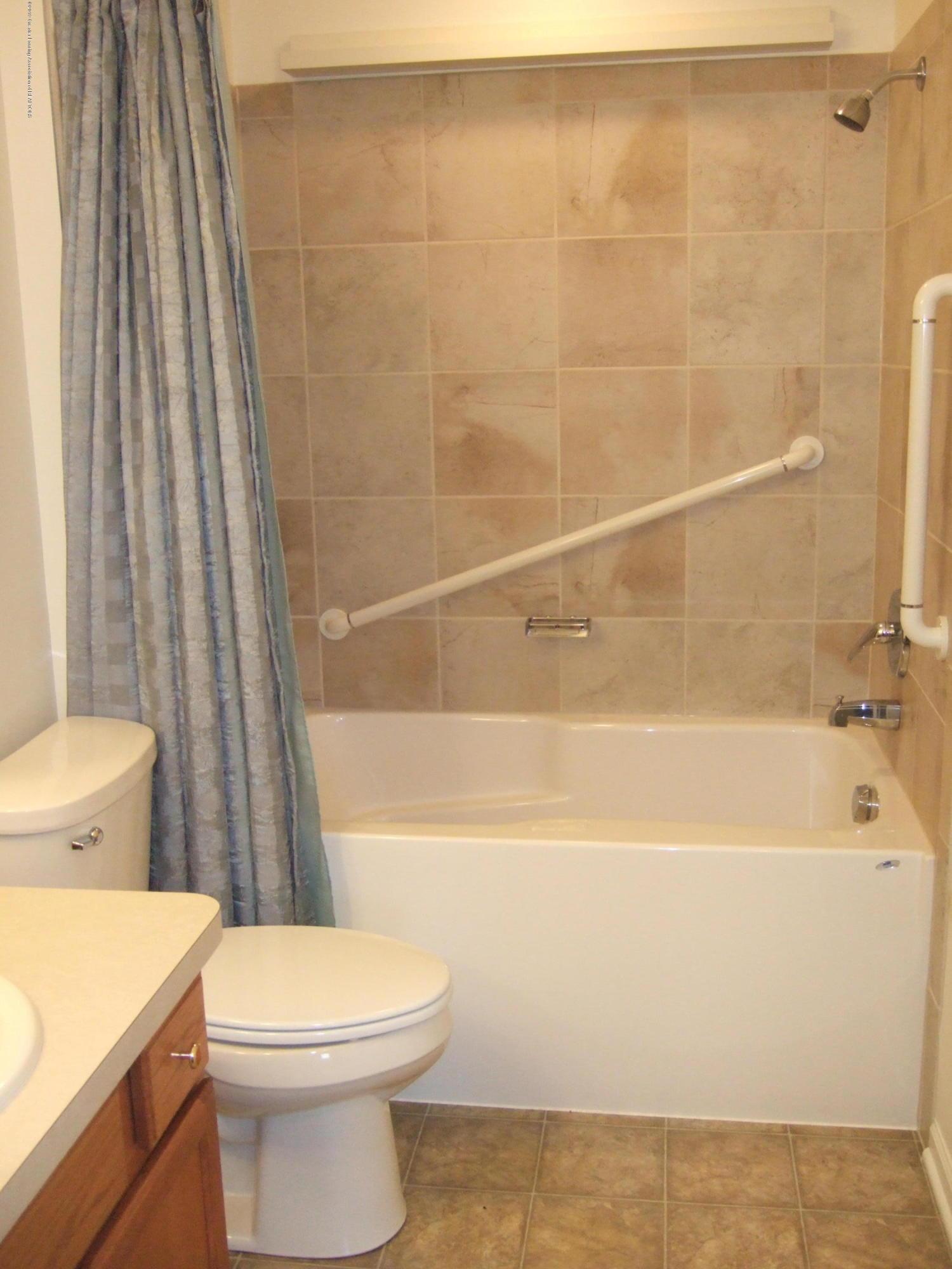 881 Sandview Dr 26 - Hallway Full Bath - 19