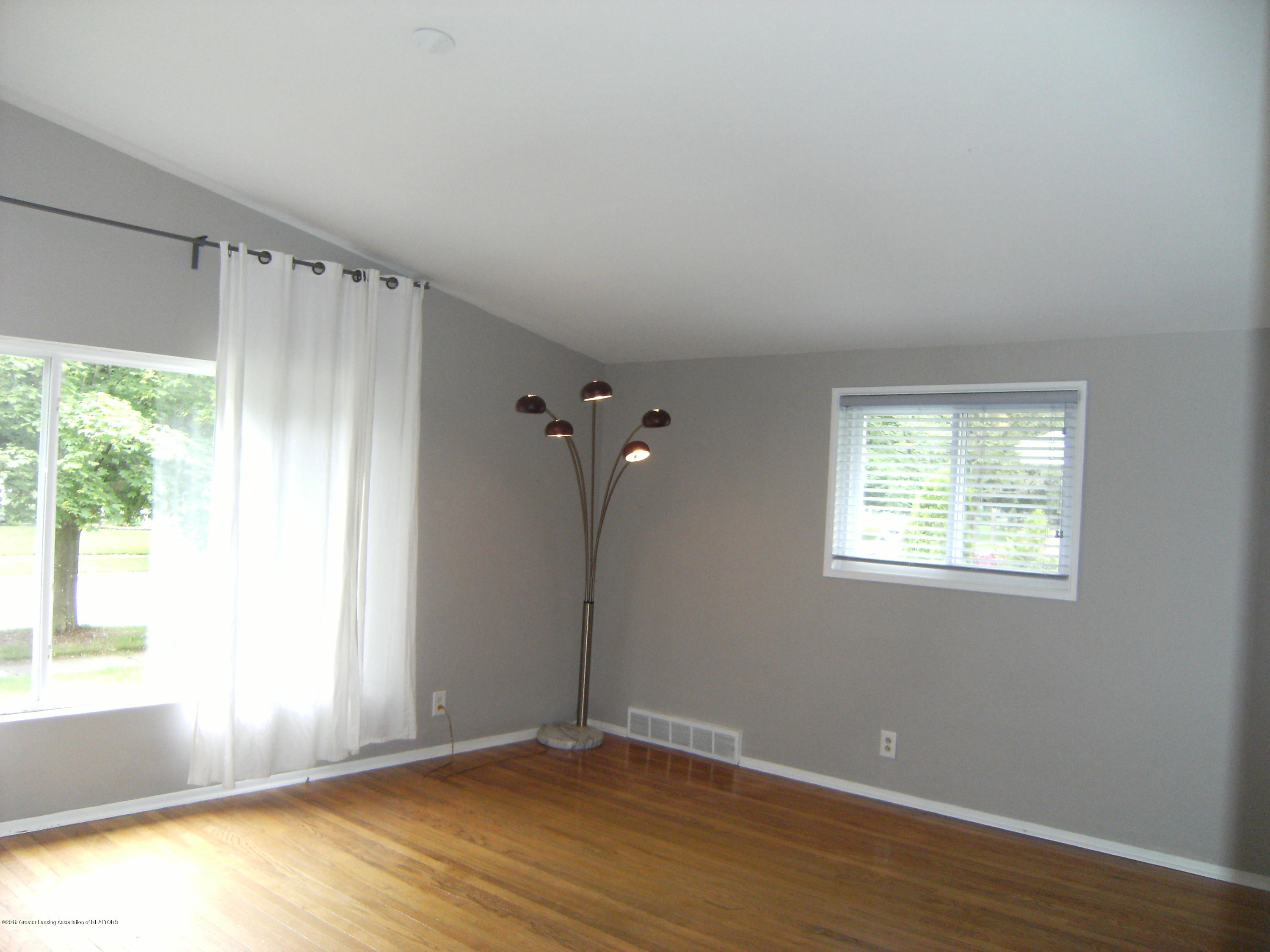 1315 N Foster Ave - Living room - 3