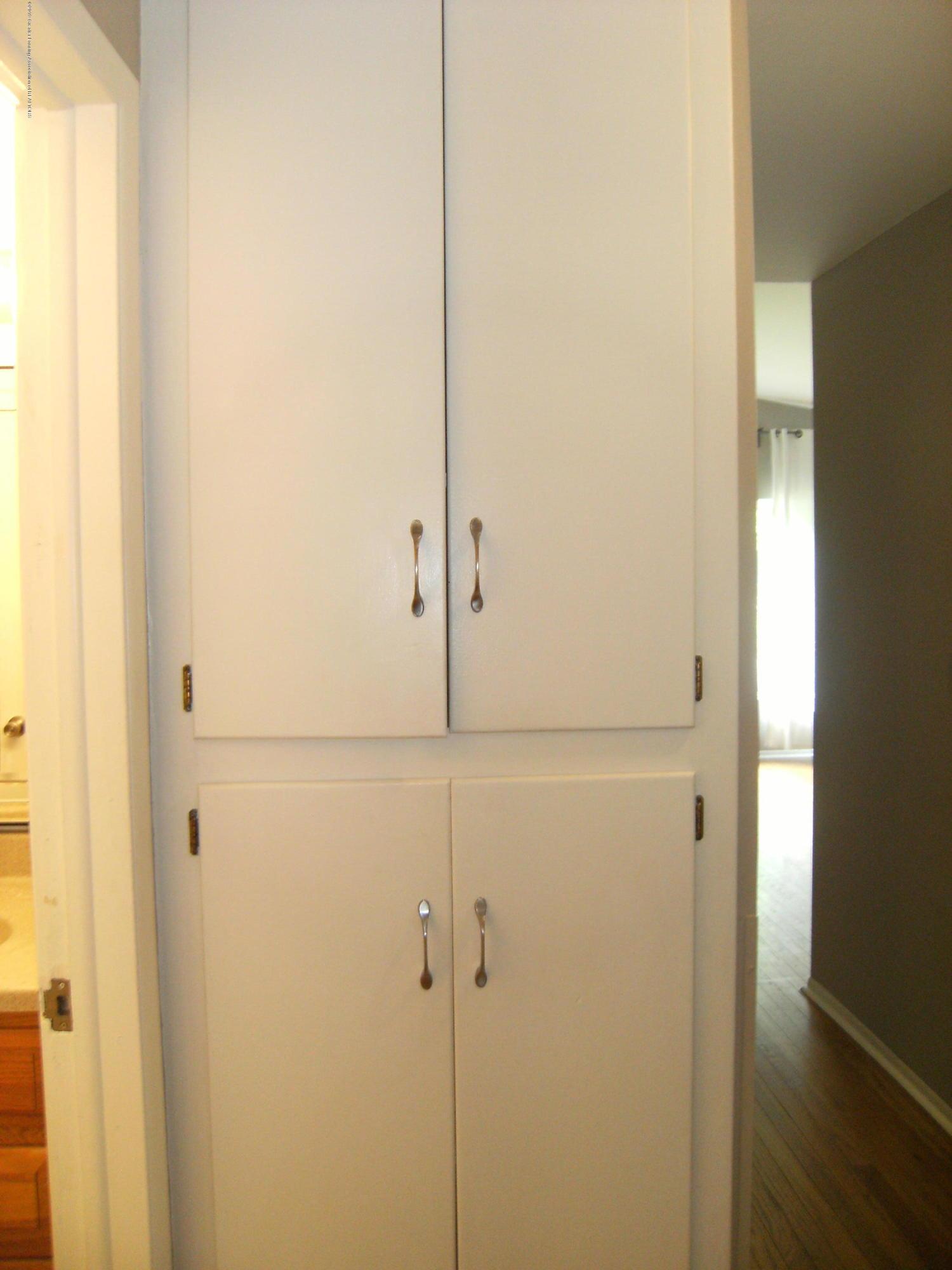 1315 N Foster Ave - Linen closet - 13