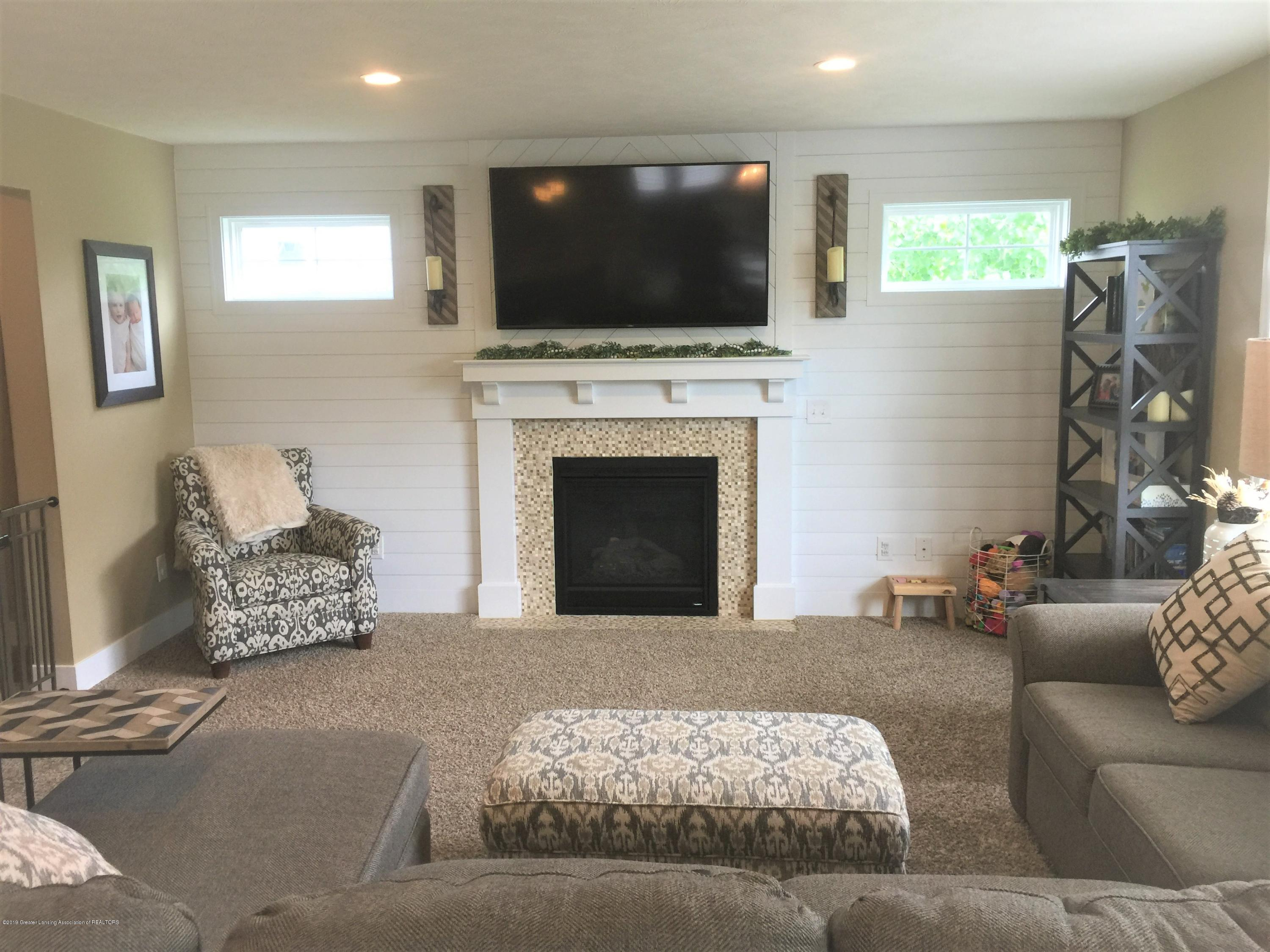 1531 Wellman Rd - Gas Fireplace and shiplap wall - 21