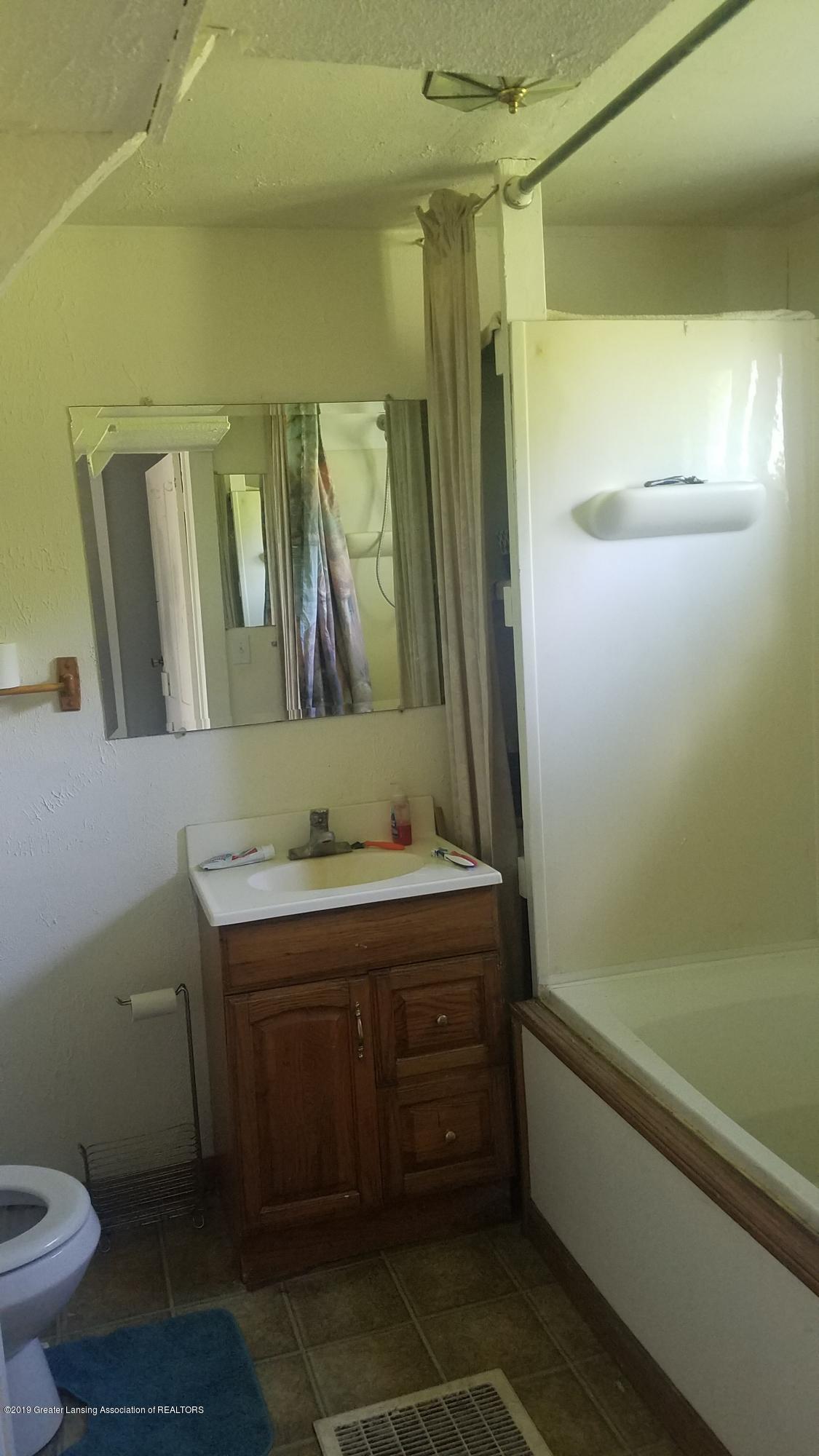 7915 W Vermontville Hwy - BATHROOM - 13