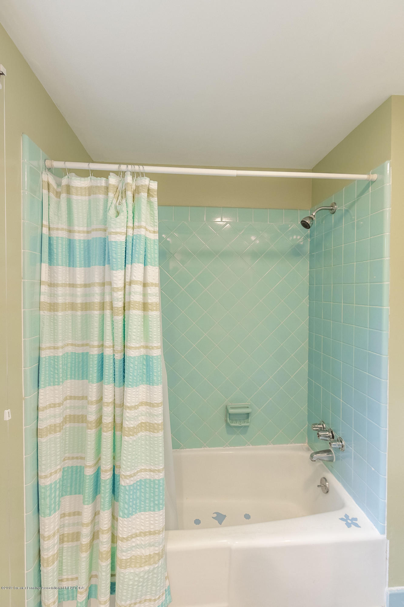 1926 Oneida Dr - Upper Level Full Bath - 43