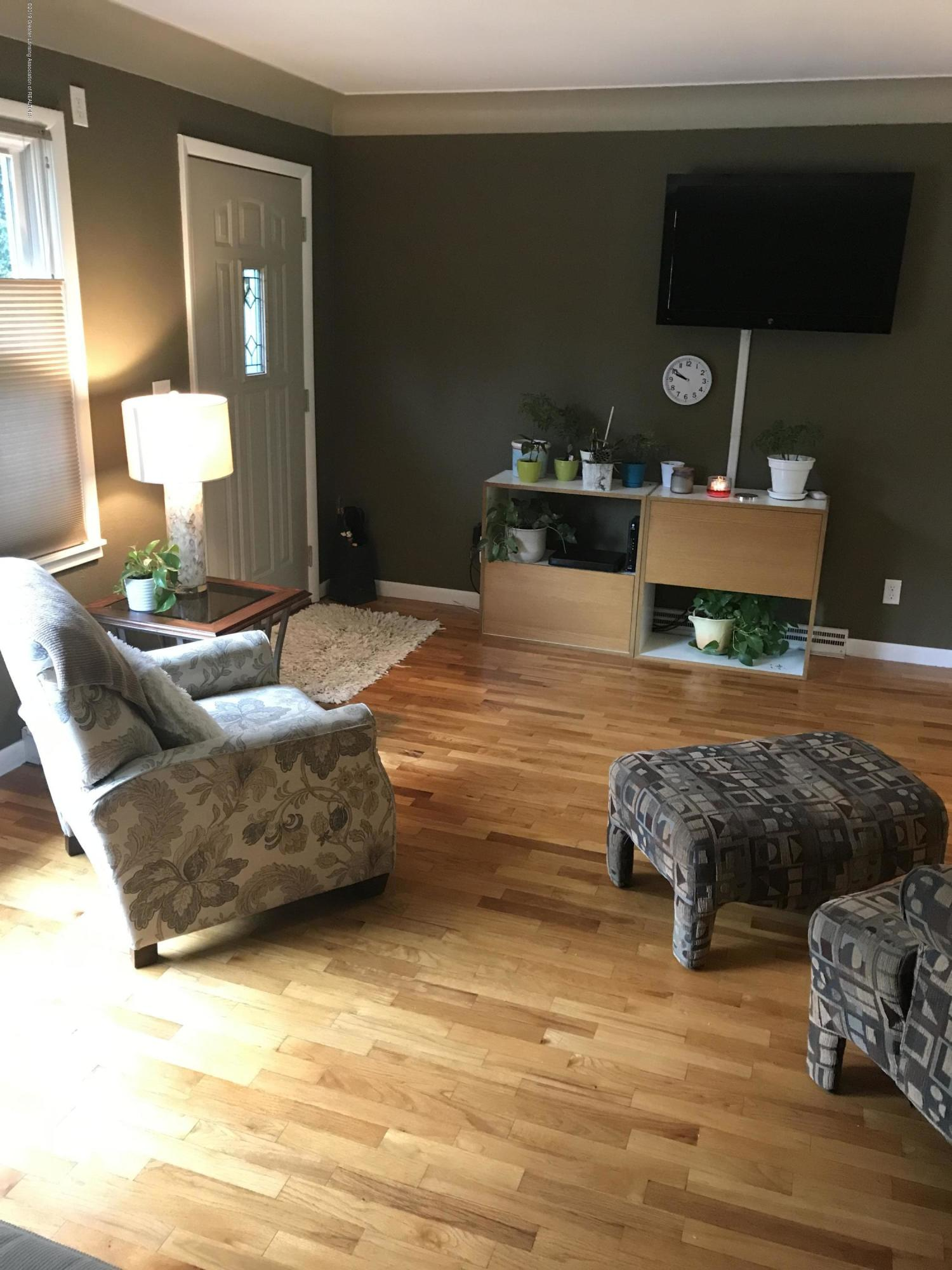 11217 Plains Rd - Living Room - 5
