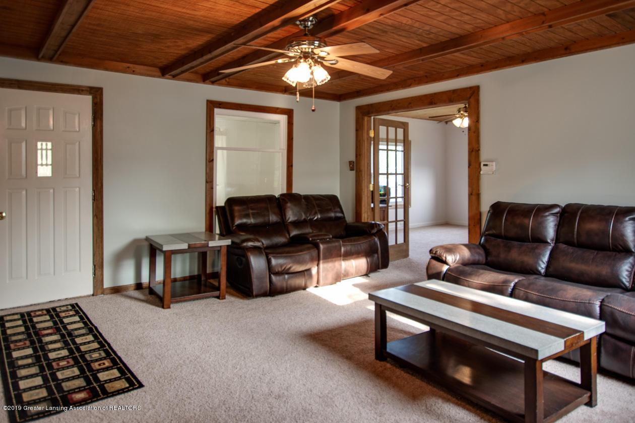 318 S Summit St - Living Room - 4