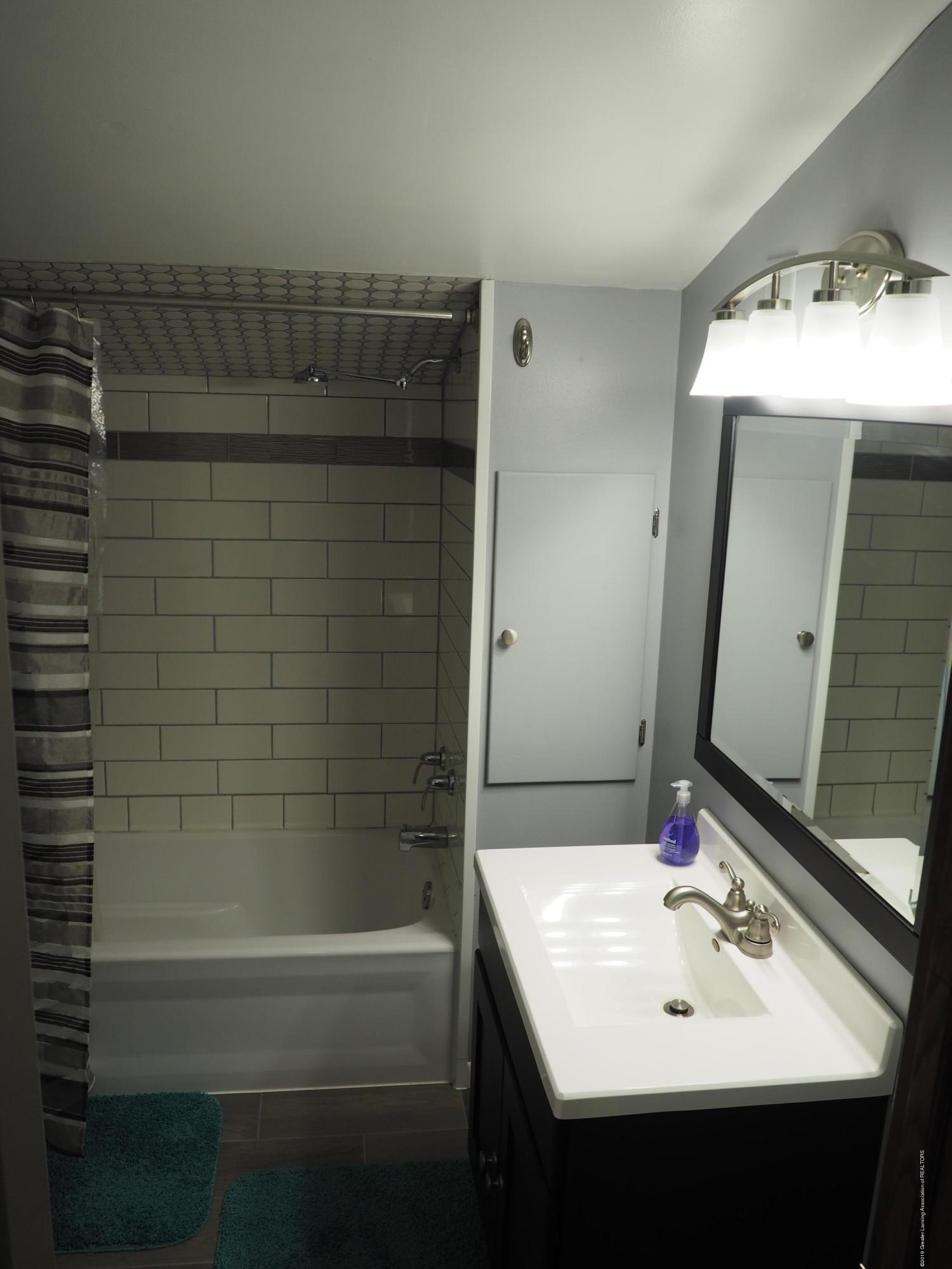 2142 Ewers Rd - Upstairs Bathroom - 14