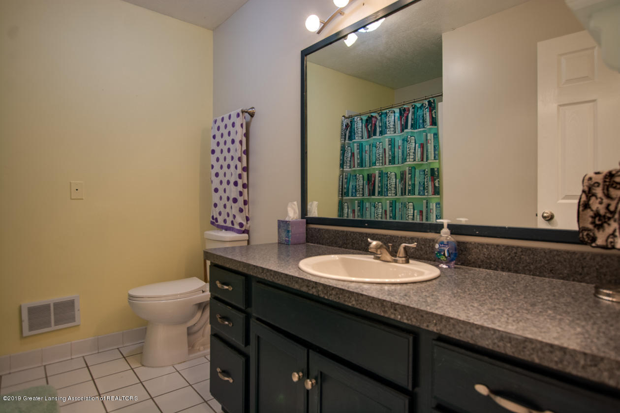 1725 Mt Vernon Ave - Full bath main level - 17