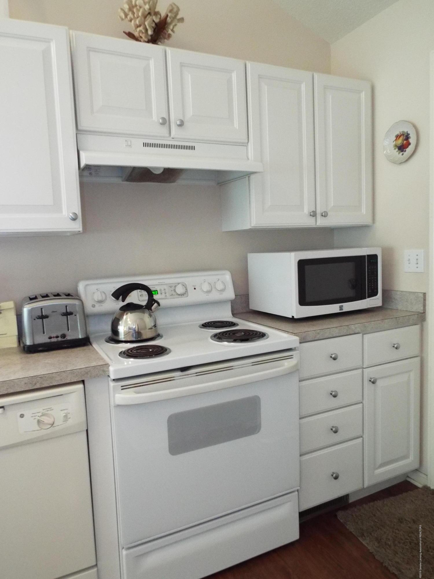 3056 E Lake Lansing Rd - Kitchen - 10