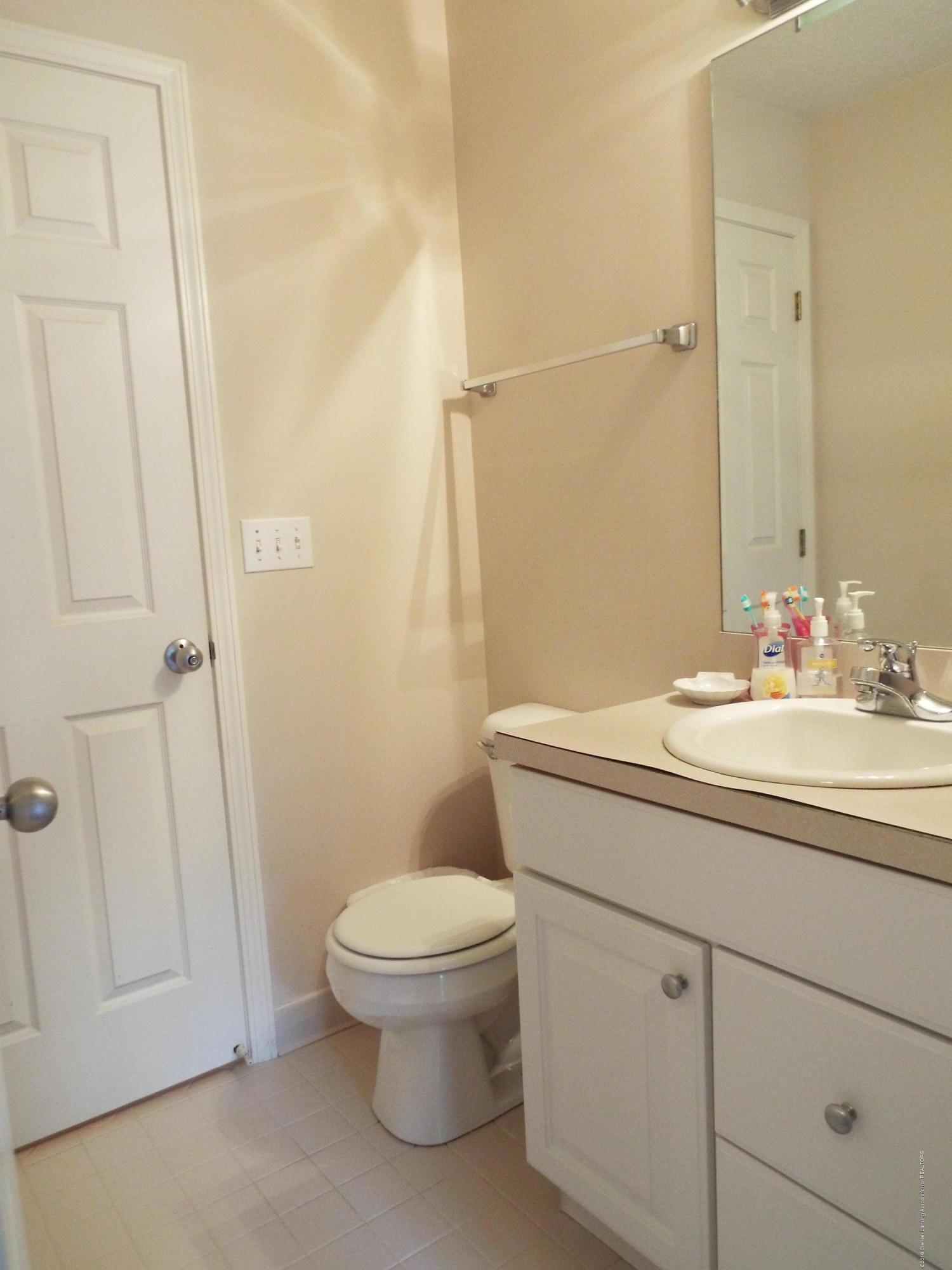 3056 E Lake Lansing Rd - Bathroom - 19