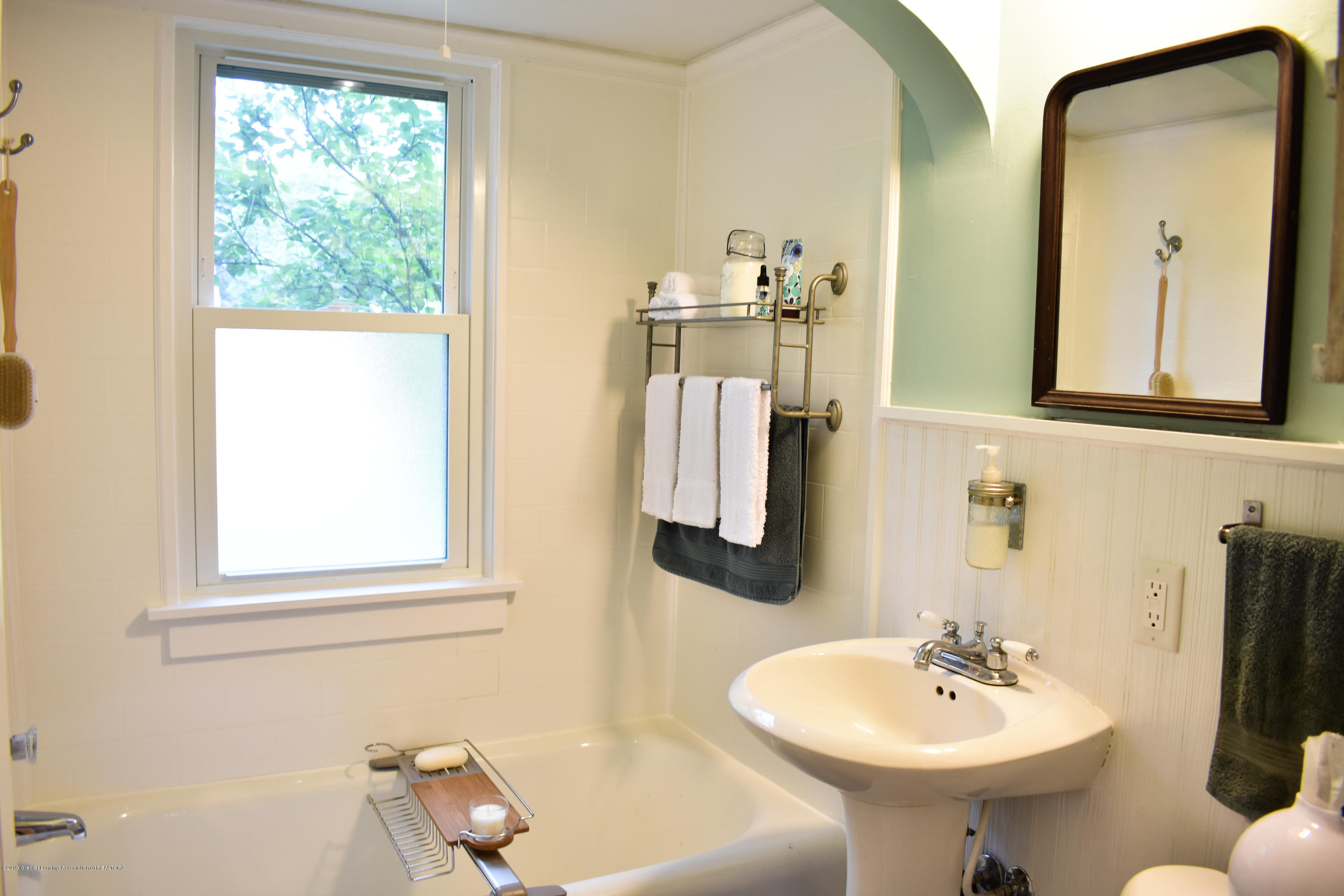 2123 Lyons Ave - Main floor bath - 7