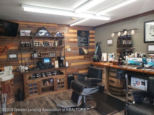 106 E Knight St - Barber's shop - 24