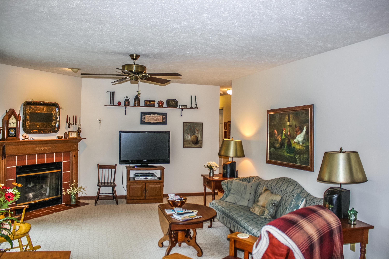 7077 Alward Rd - Living Room - 11