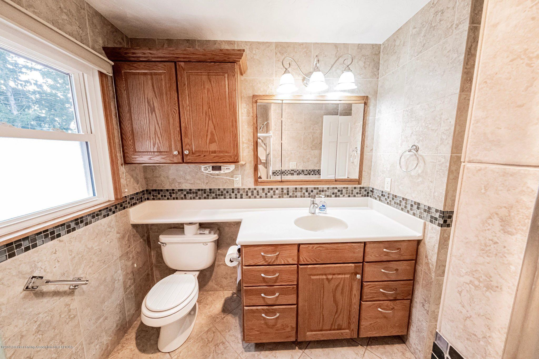 1303 Montgomery St - Upstairs Bathroom - 33