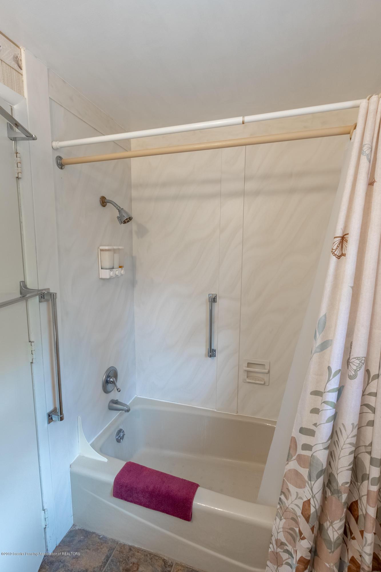2661 Linden St - Upper Level Full Bath - 30