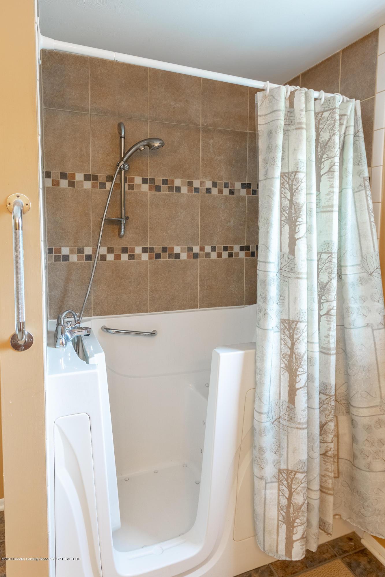 2661 Linden St - Upper Level Full Bath - 32