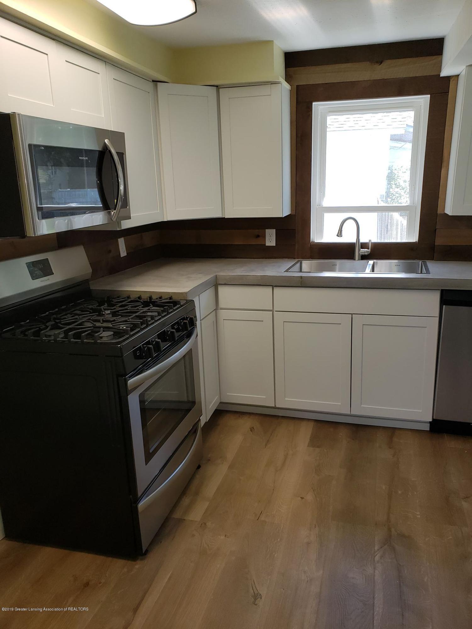 906 Hall St - Kitchen stove & Microwave - 26