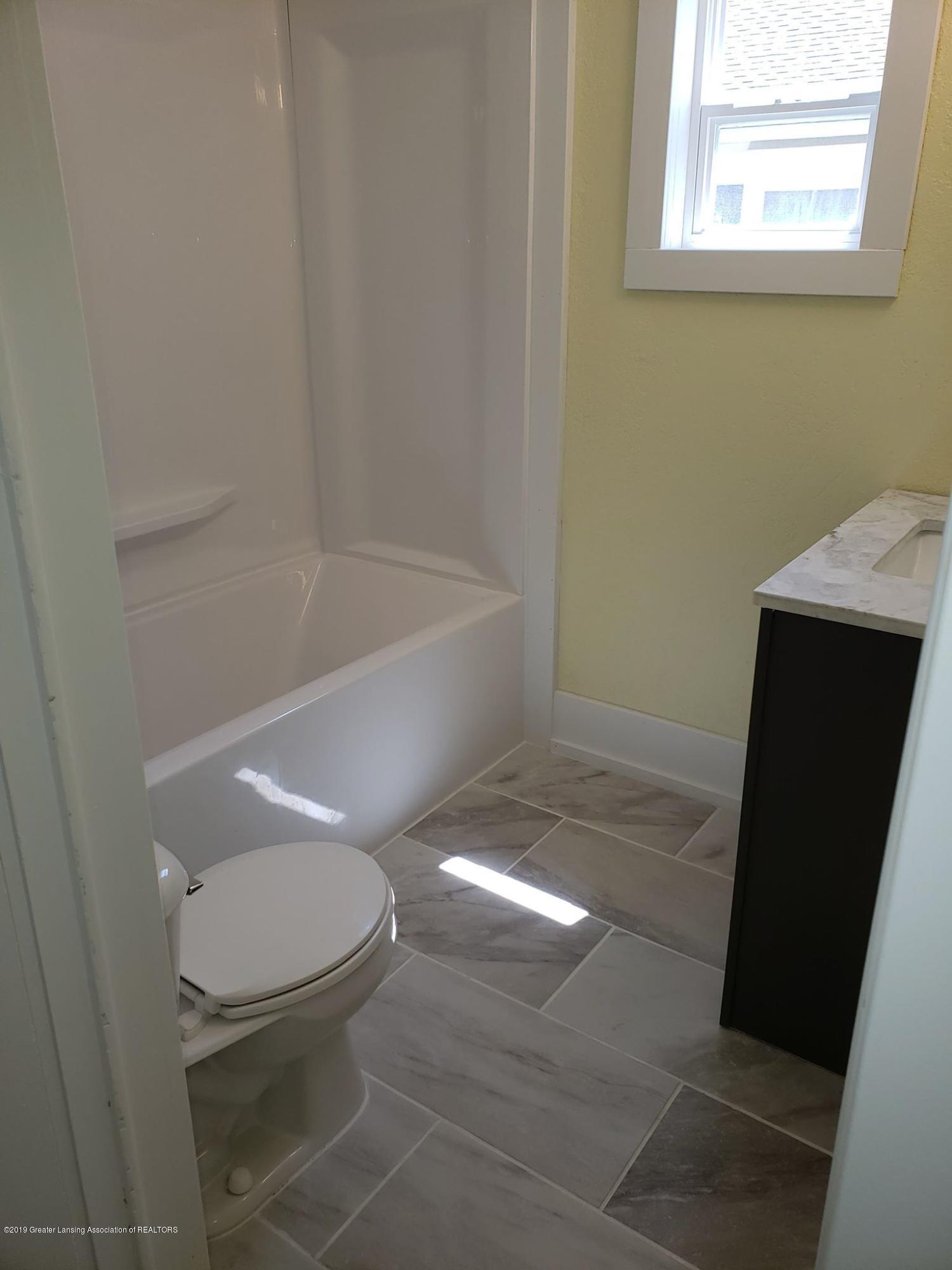 906 Hall St - Bathroom - 20