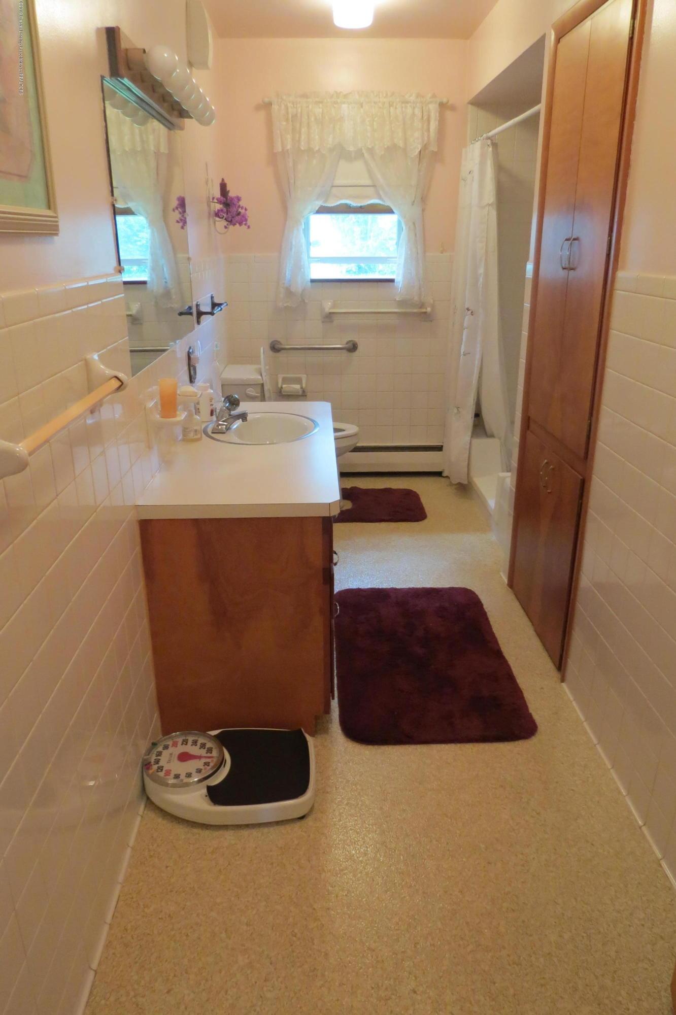229 W Elm St - Bathroom - 9