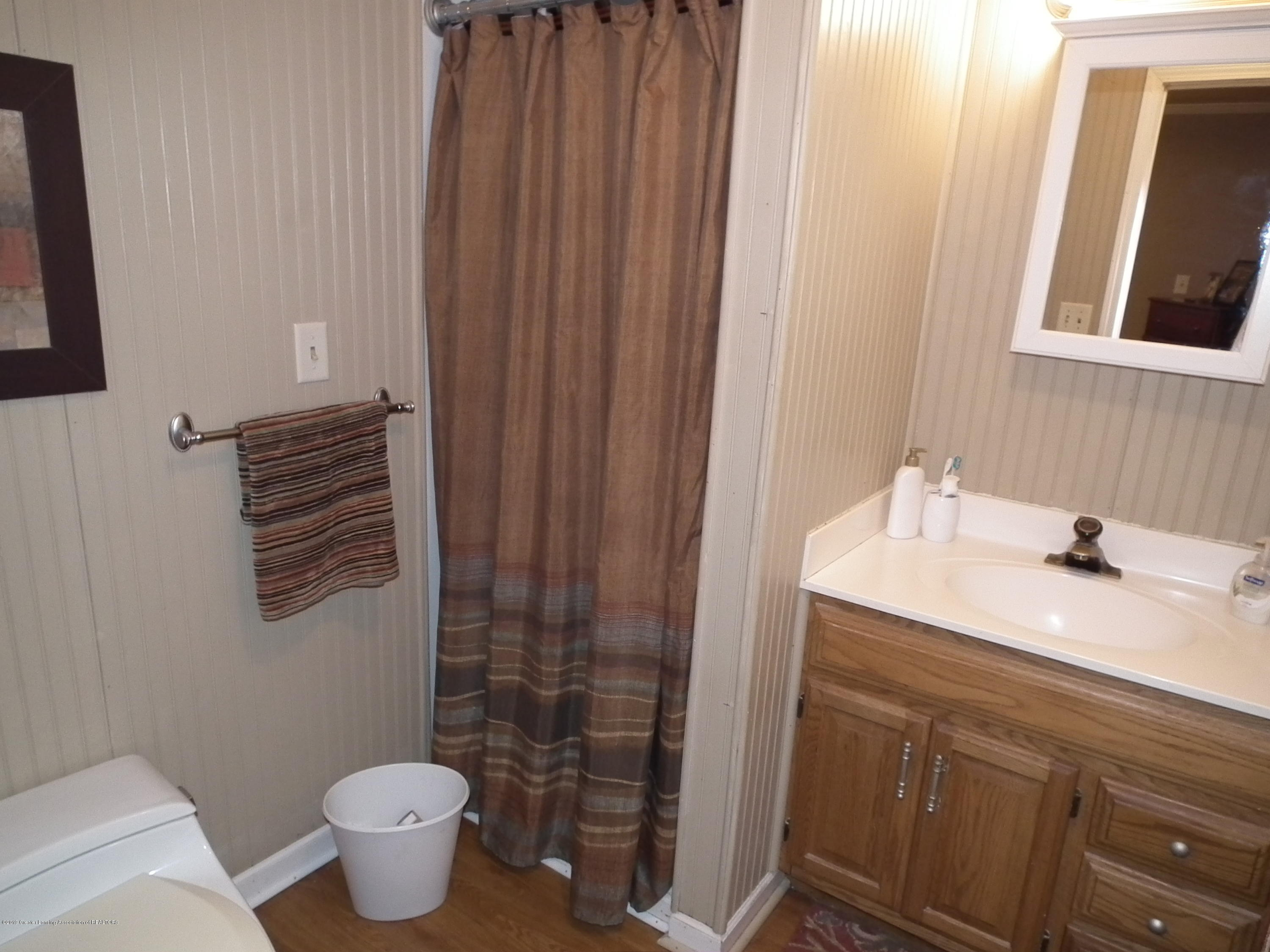 5600 Grand River Dr - 2nd bedroom attached bath - 32
