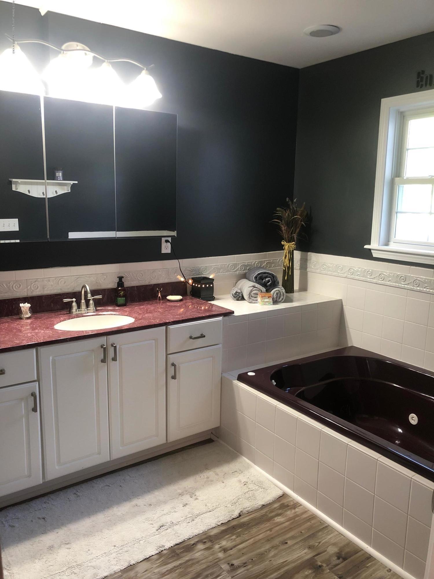 7984 Woodbury Rd - Master Bathroom - 18