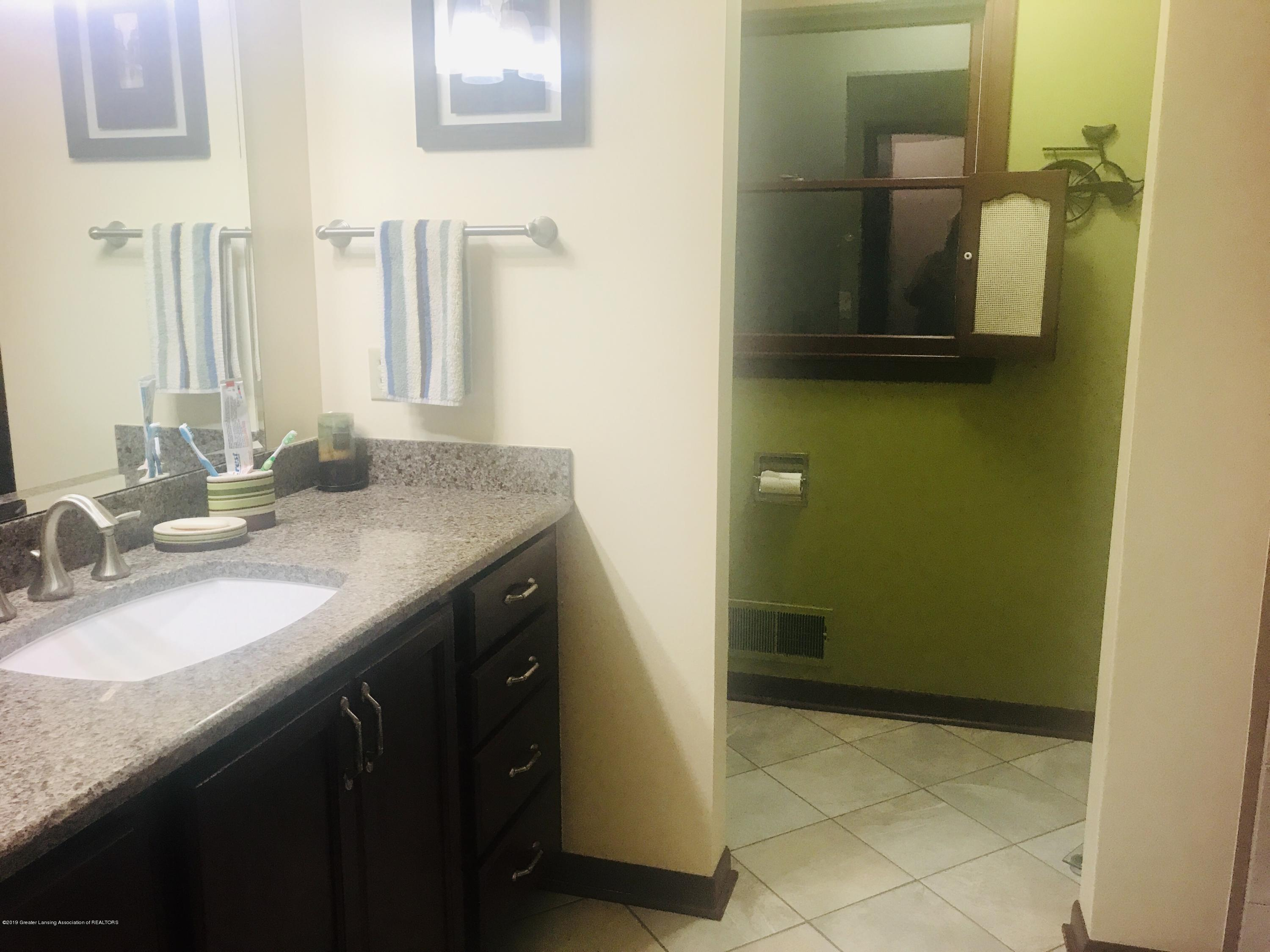 805 E Dill Dr - Completely  Updated Main Bathroom - 32