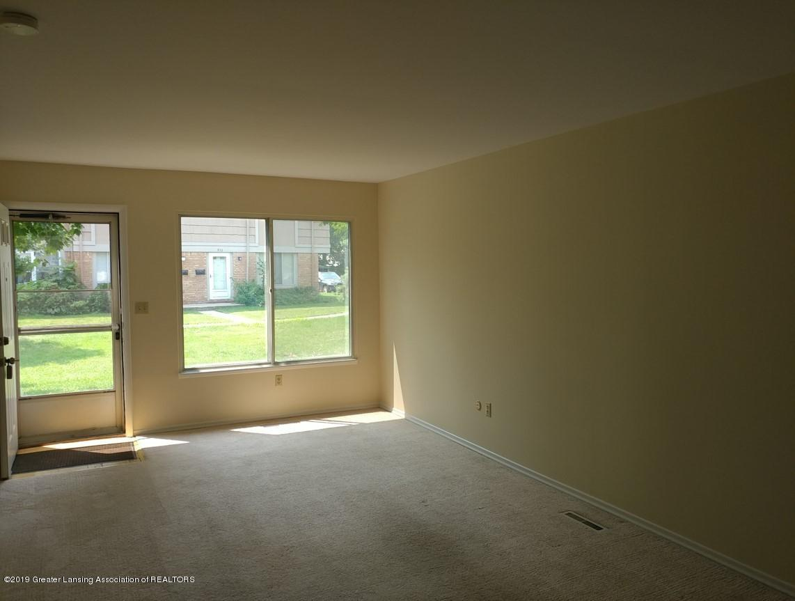 965 Barclay Ln - Living Room - 3