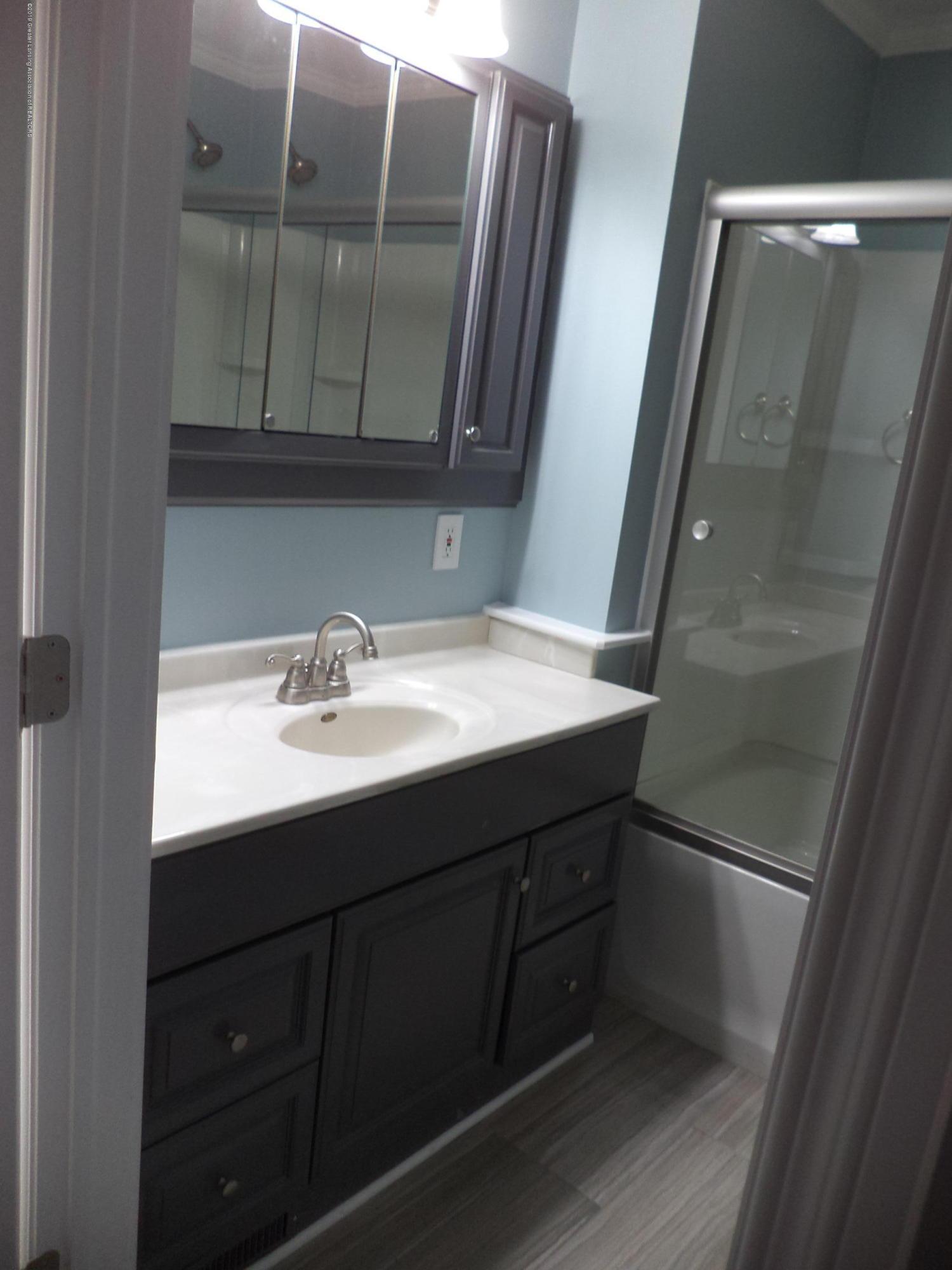 3200 S Dewitt Rd - Main full bath - 12