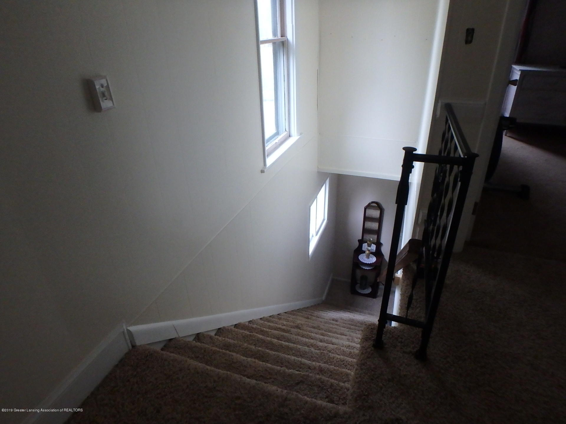 315 Pleasant St - Open Staircase - 19