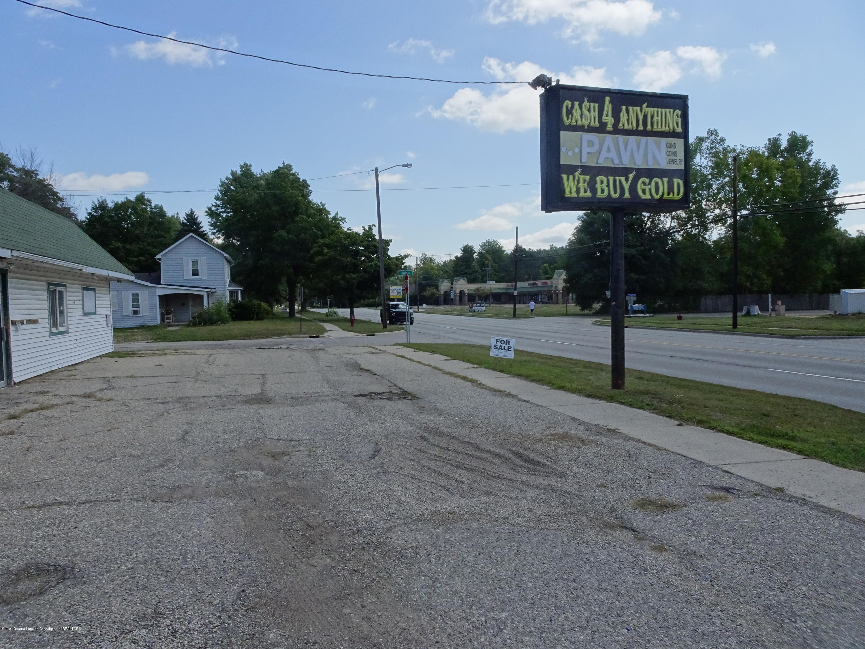 906 W Grand River Ave - Road View and Parking - 3