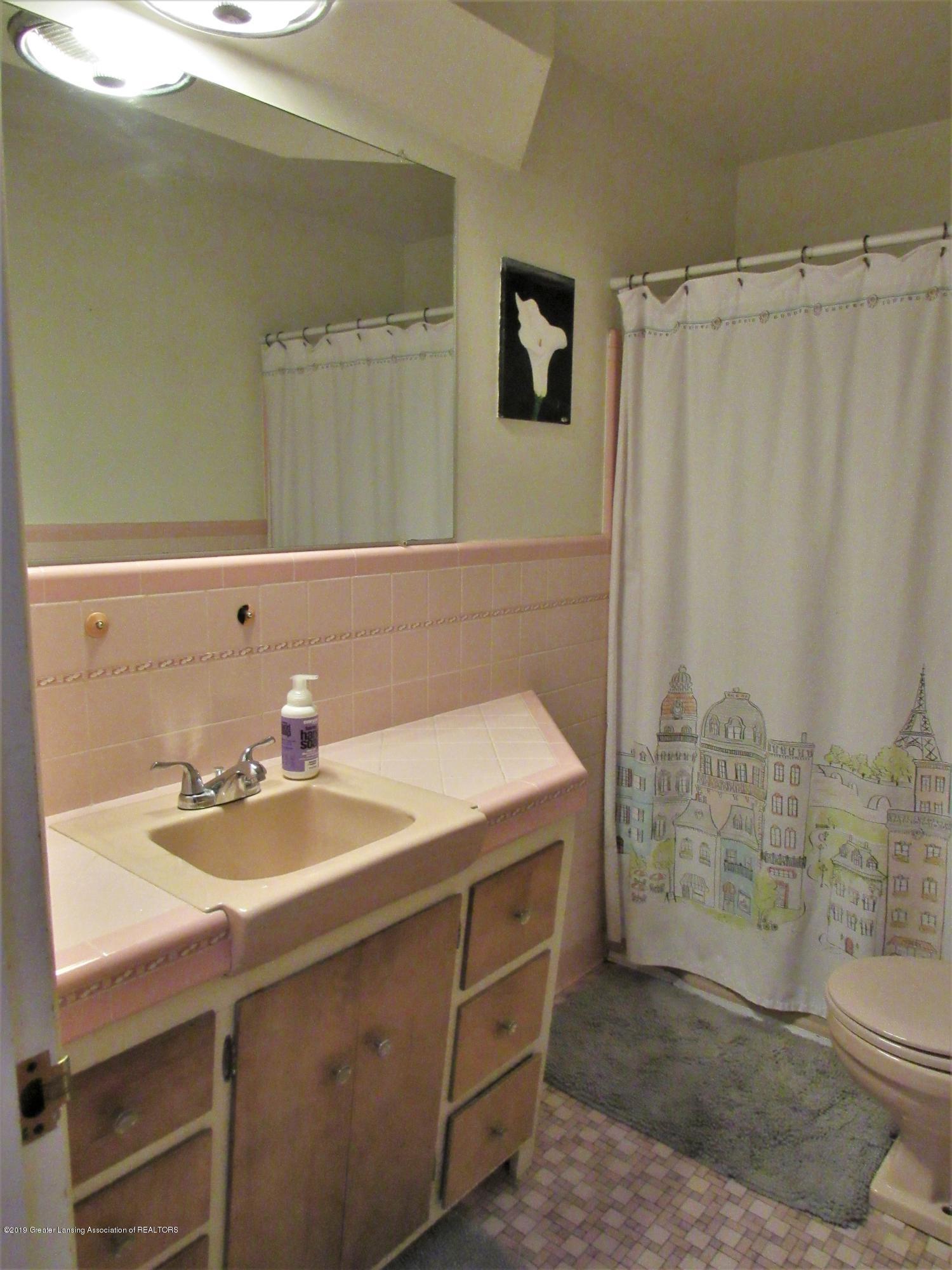 425 S Holmes St - Full Bath off Hall - 14