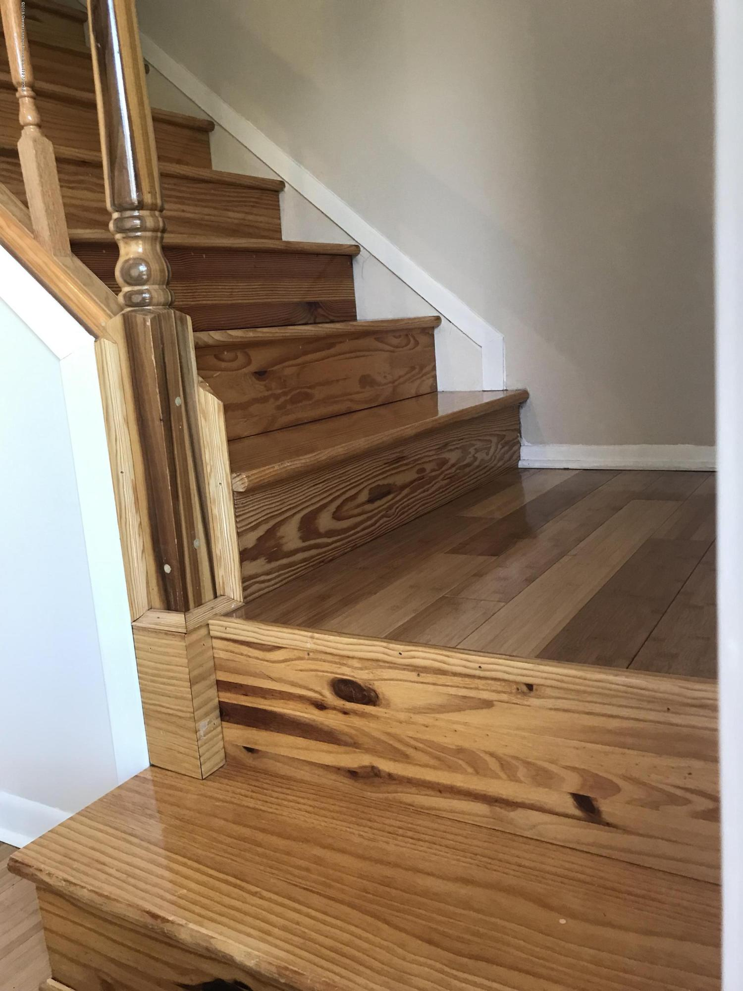 517 Harvest Ln - Bamboo wood flooring staircase - 19