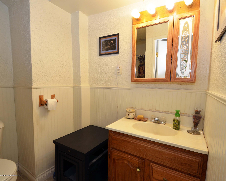 208 N Clemens Ave - Main Level Full Bath - 10