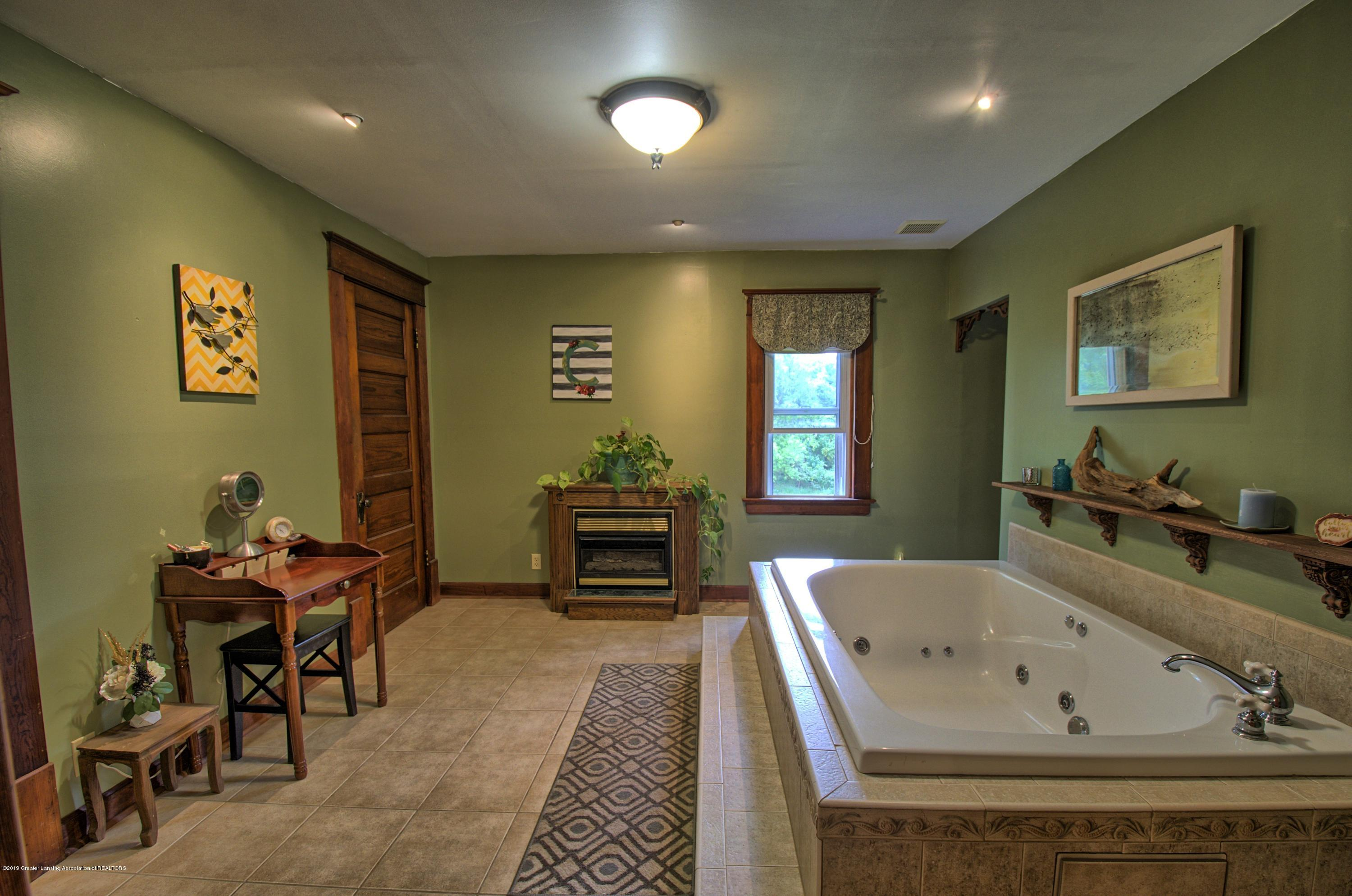 6347 Oneida Rd - Master Bathroom - 23