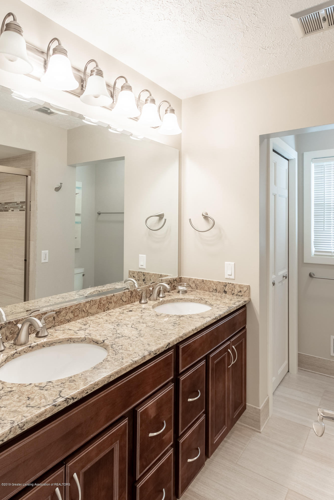 2133 Woodfield Rd - Full Bathroom - 40