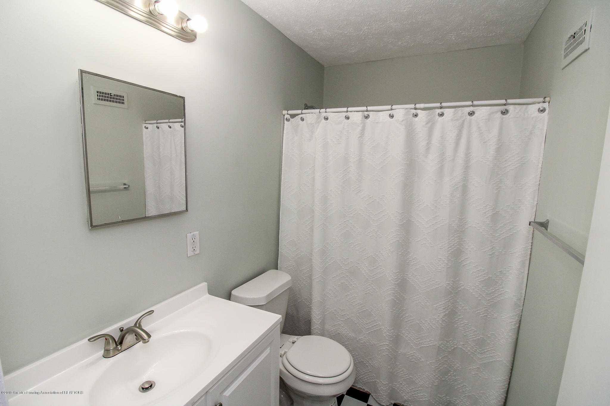 124 Northlawn Ave - 20 First Floor Bathroom 1 - 18