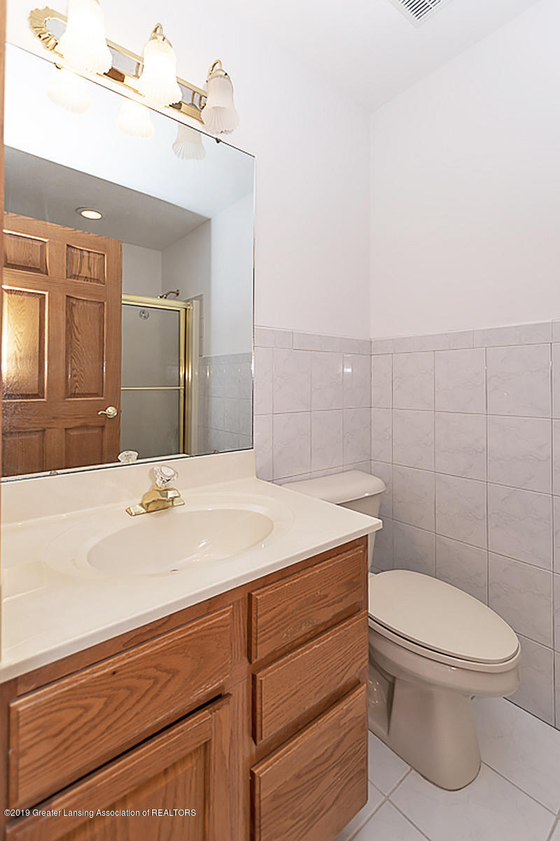 16577 Thorngate Rd - 16577 Thorngate  UPSTAIRS HALL BATH - 19