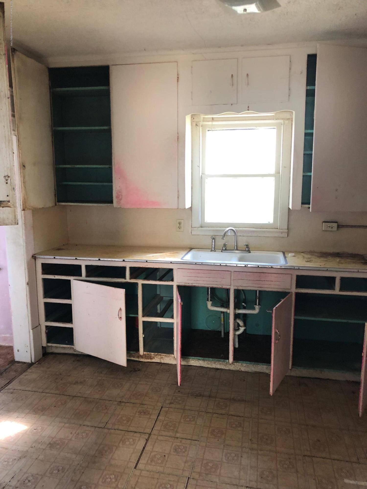 726 W Willow St - Kitchen - 2