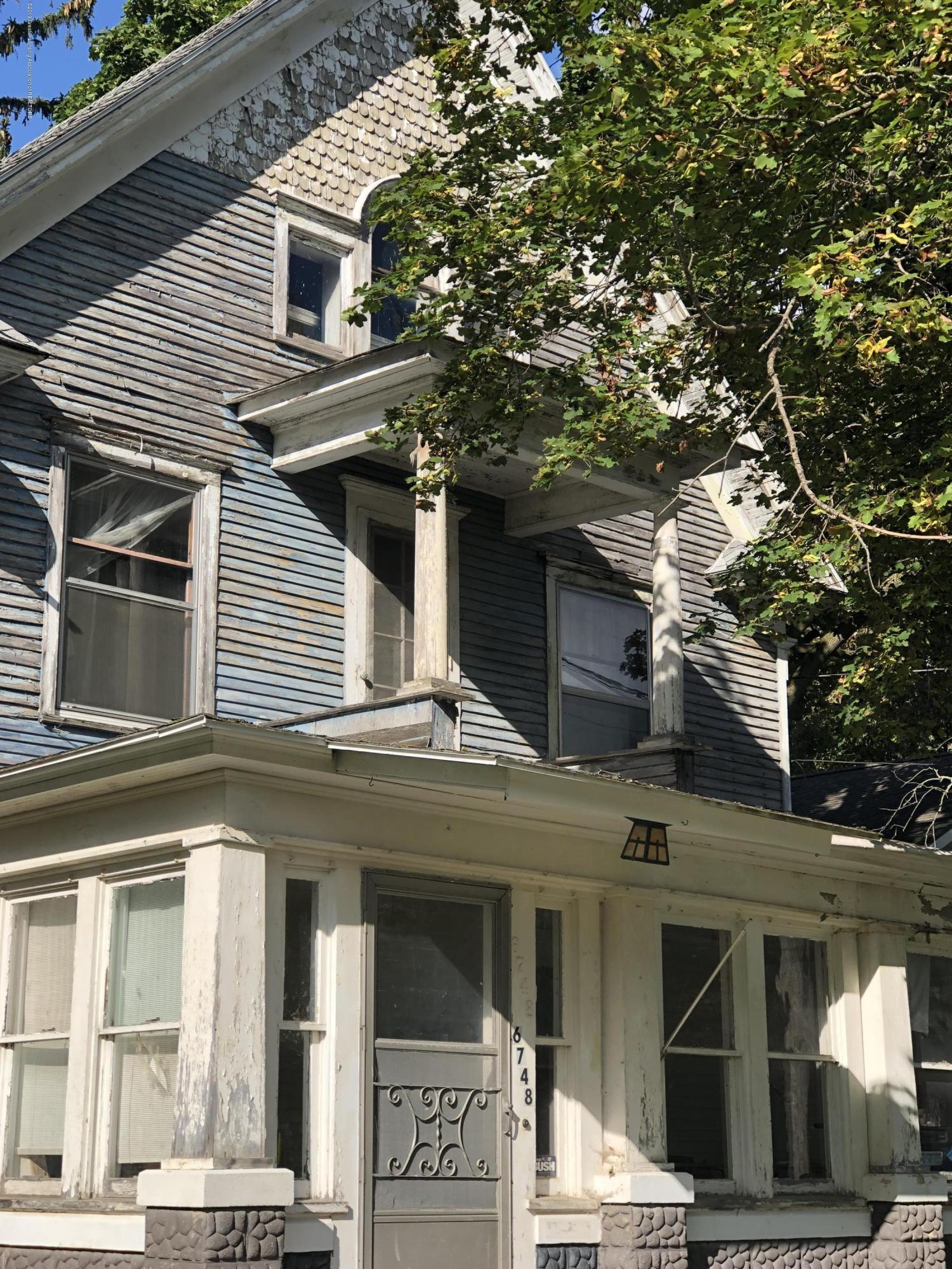 6748 W Beard Rd - Front of house closeup - 2