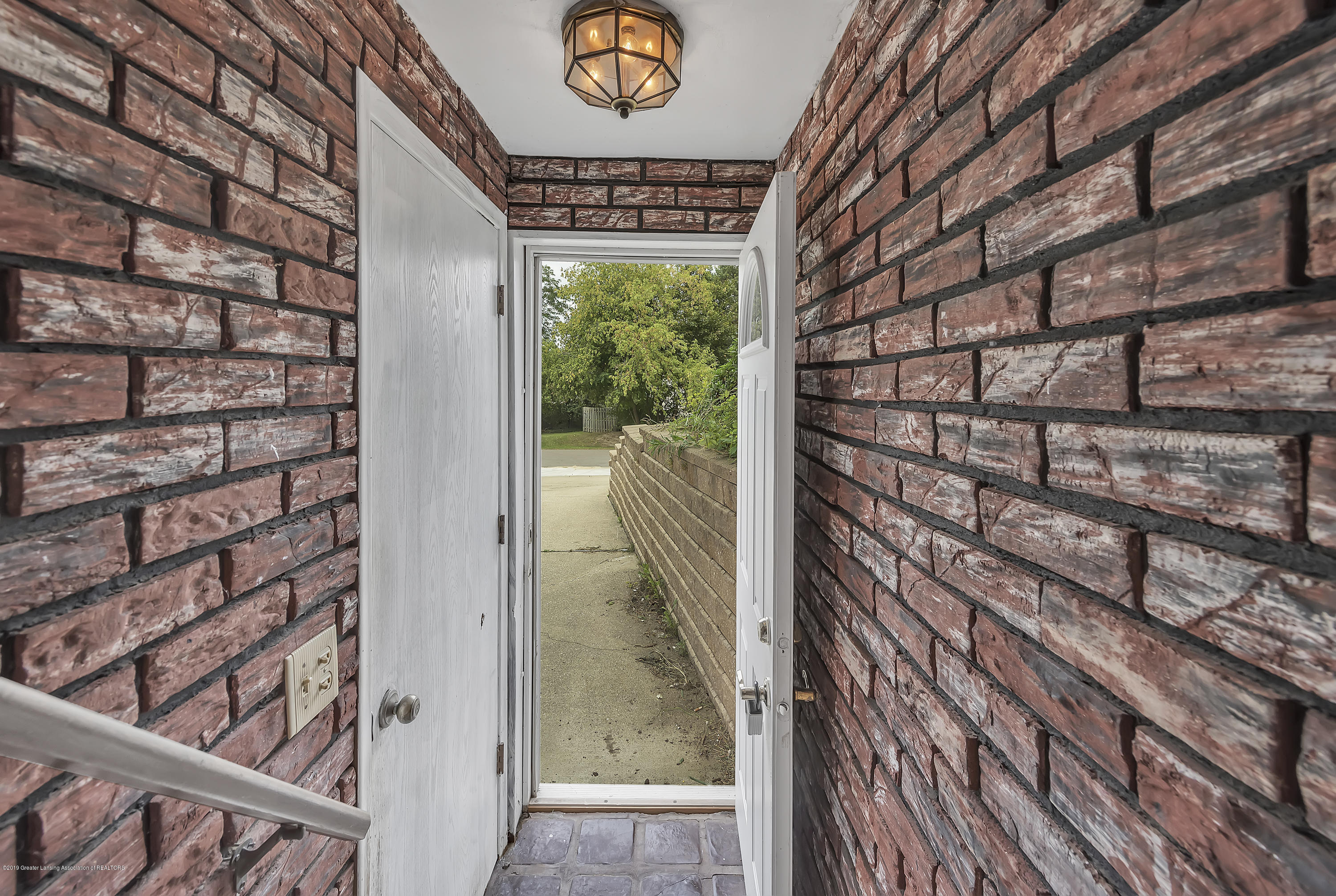 4858 Hillcrest Ave - Entry Way - 4