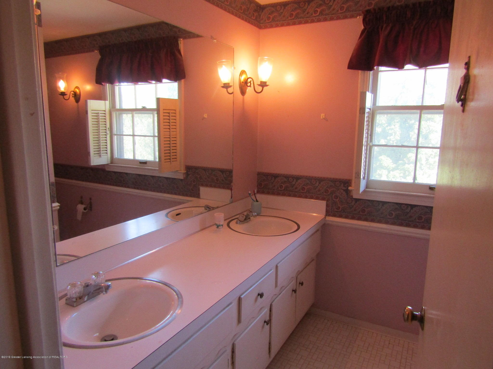 2621 S Waverly Rd - Dual vanities - 40