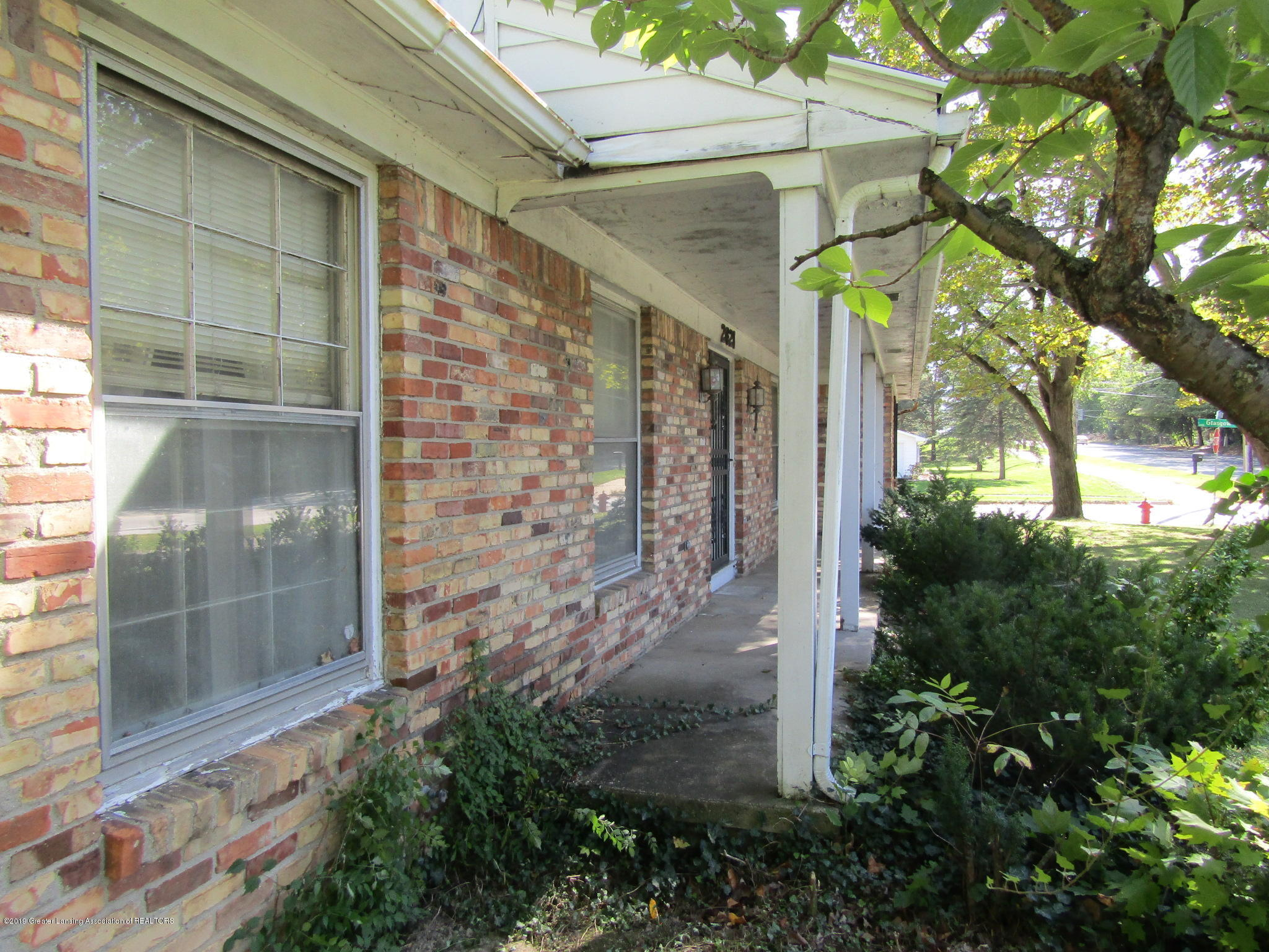 2621 S Waverly Rd - Front porch - 43