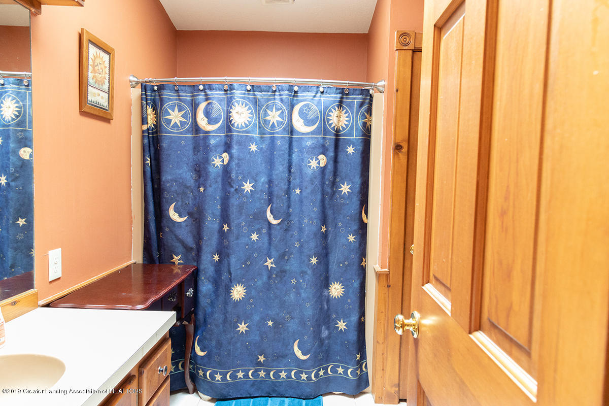 6375 W Lake Dr - Main Full Bath - 17
