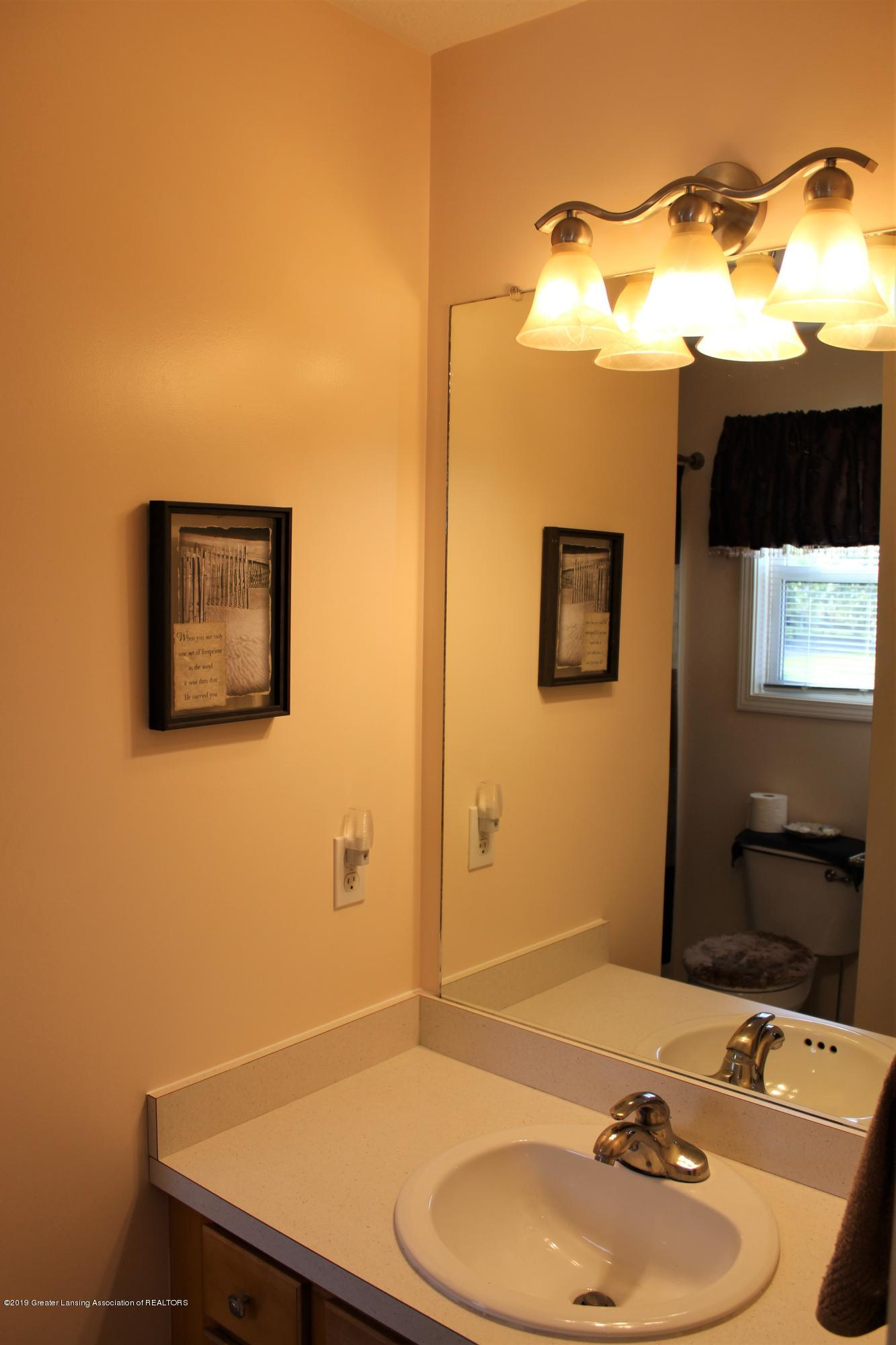 11821 Jerryson Dr - 2nd level full bath - 36