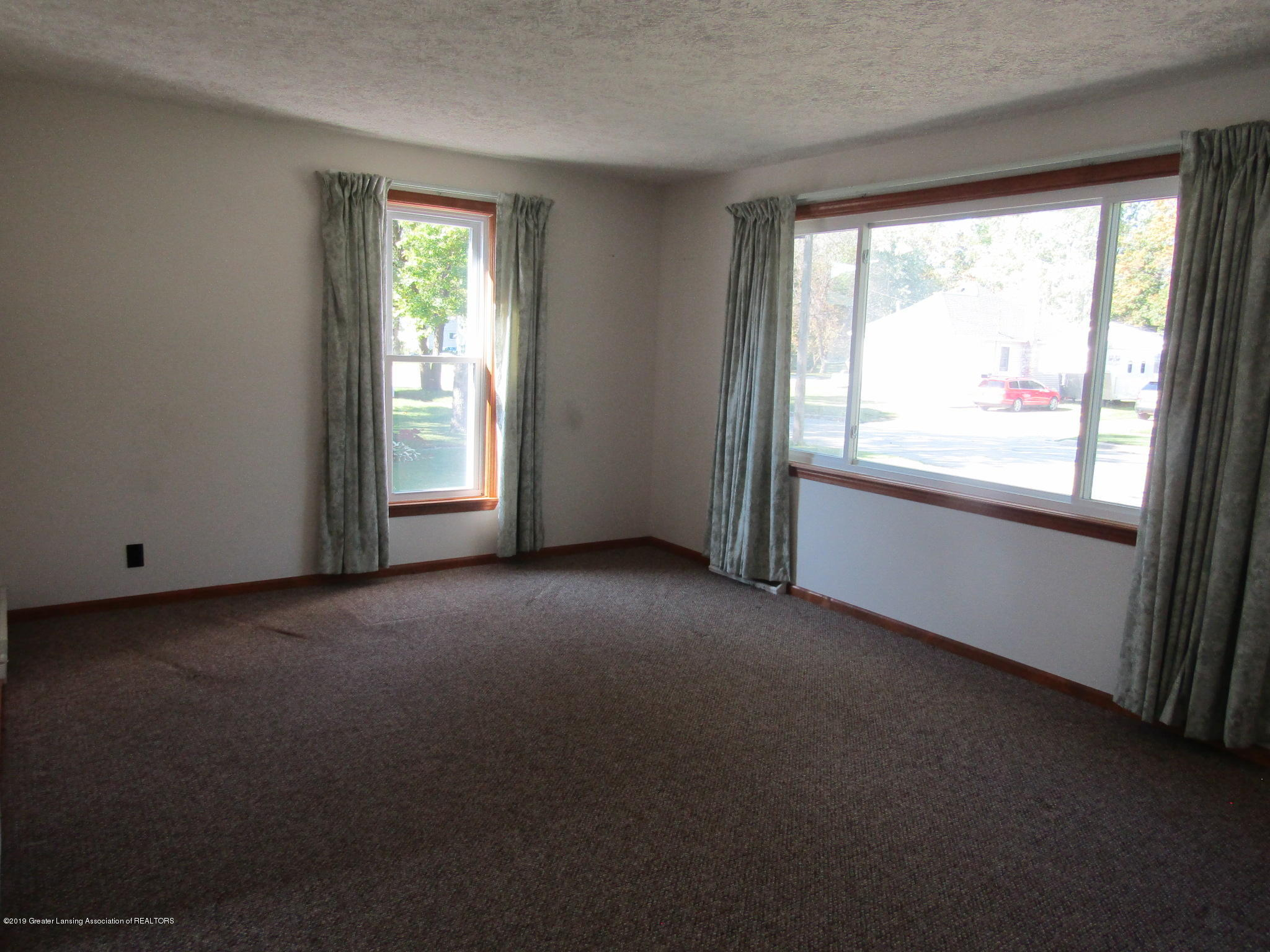 721 Pleasant St - Living Room - 26