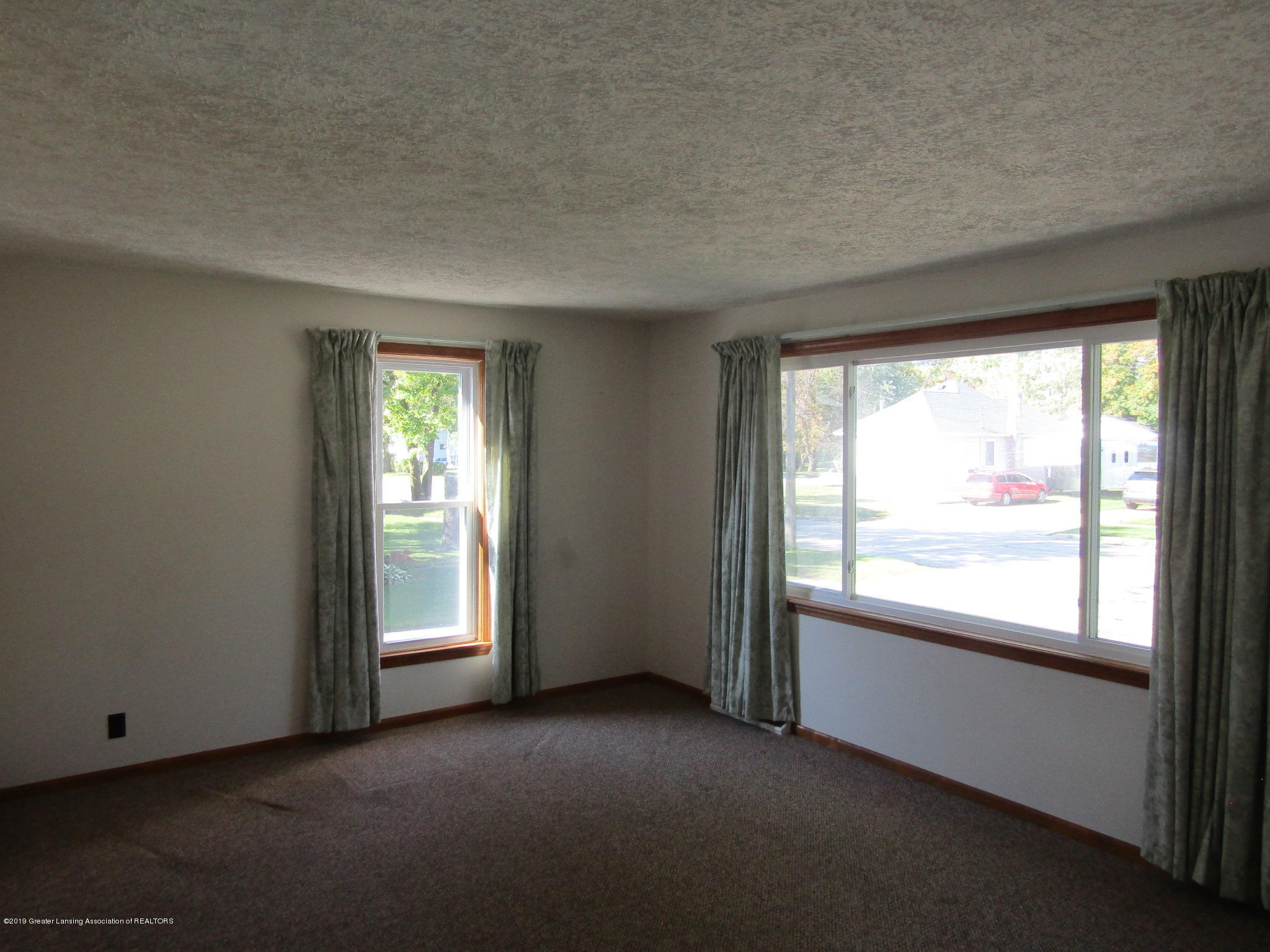 721 Pleasant St - Living Room - 27
