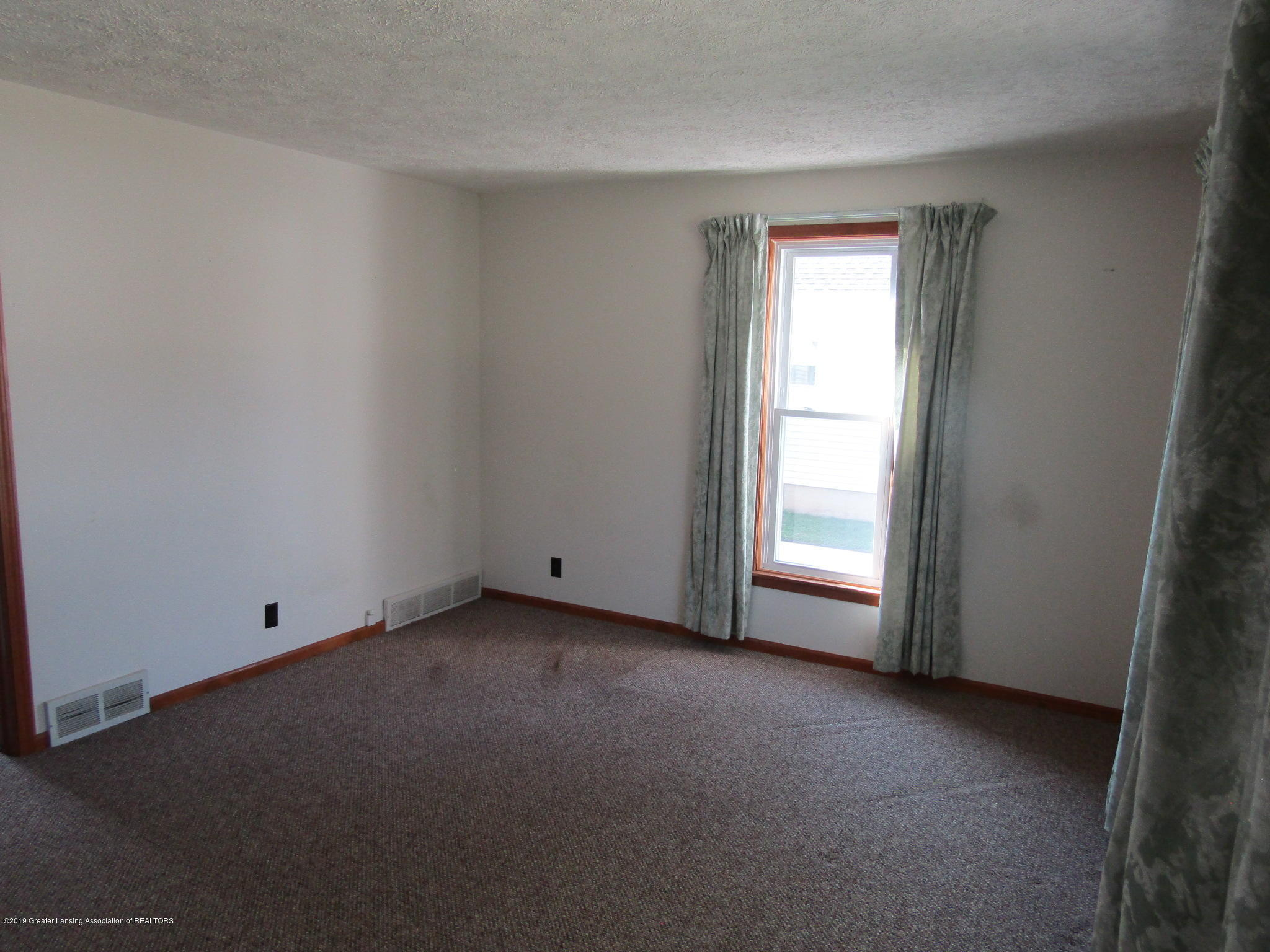 721 Pleasant St - Living Room - 25